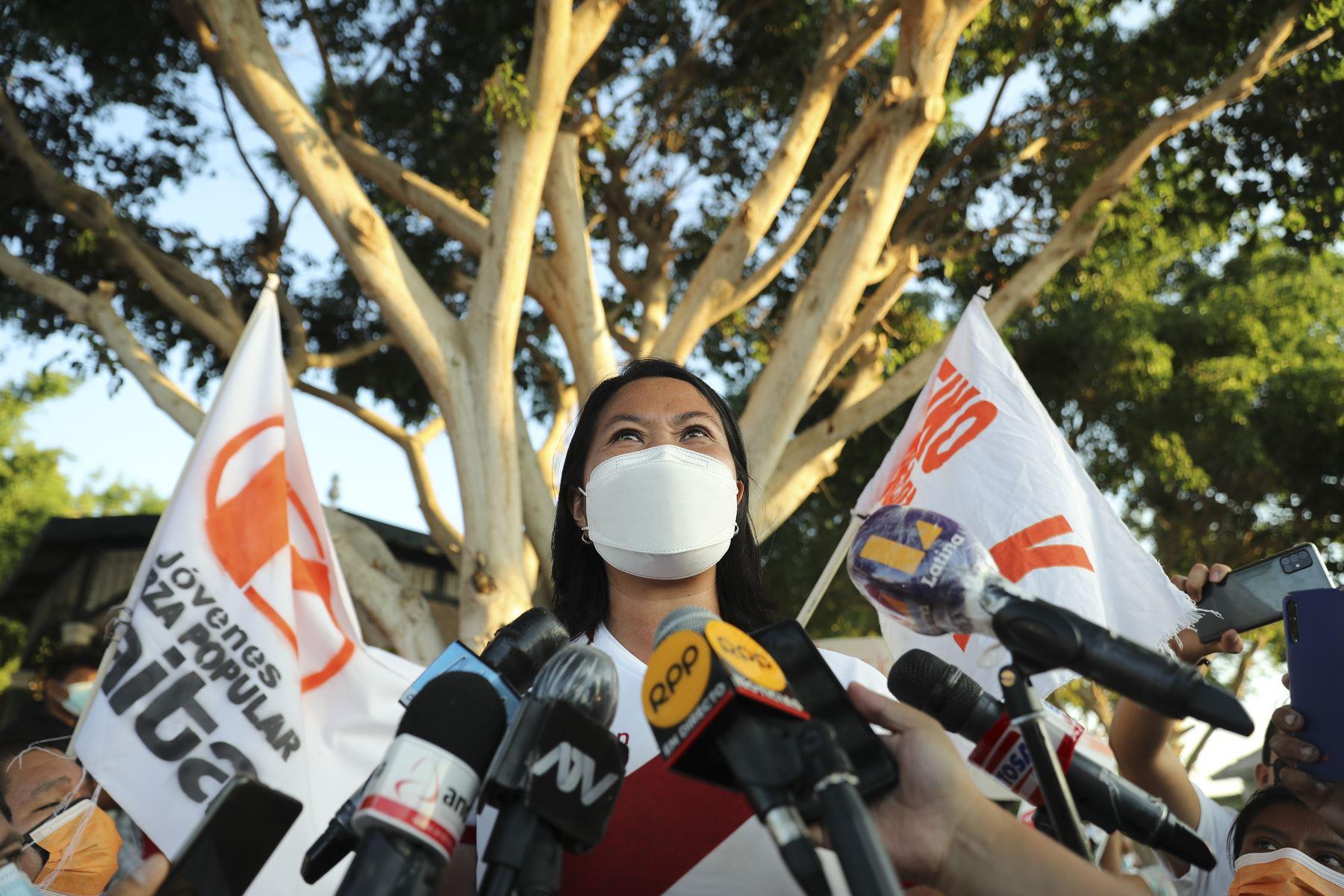 Keiko Fujimori respondió a la prensa en la localidad de El Arenal, Piura. ANDINA/Carla Patiño Ramírez