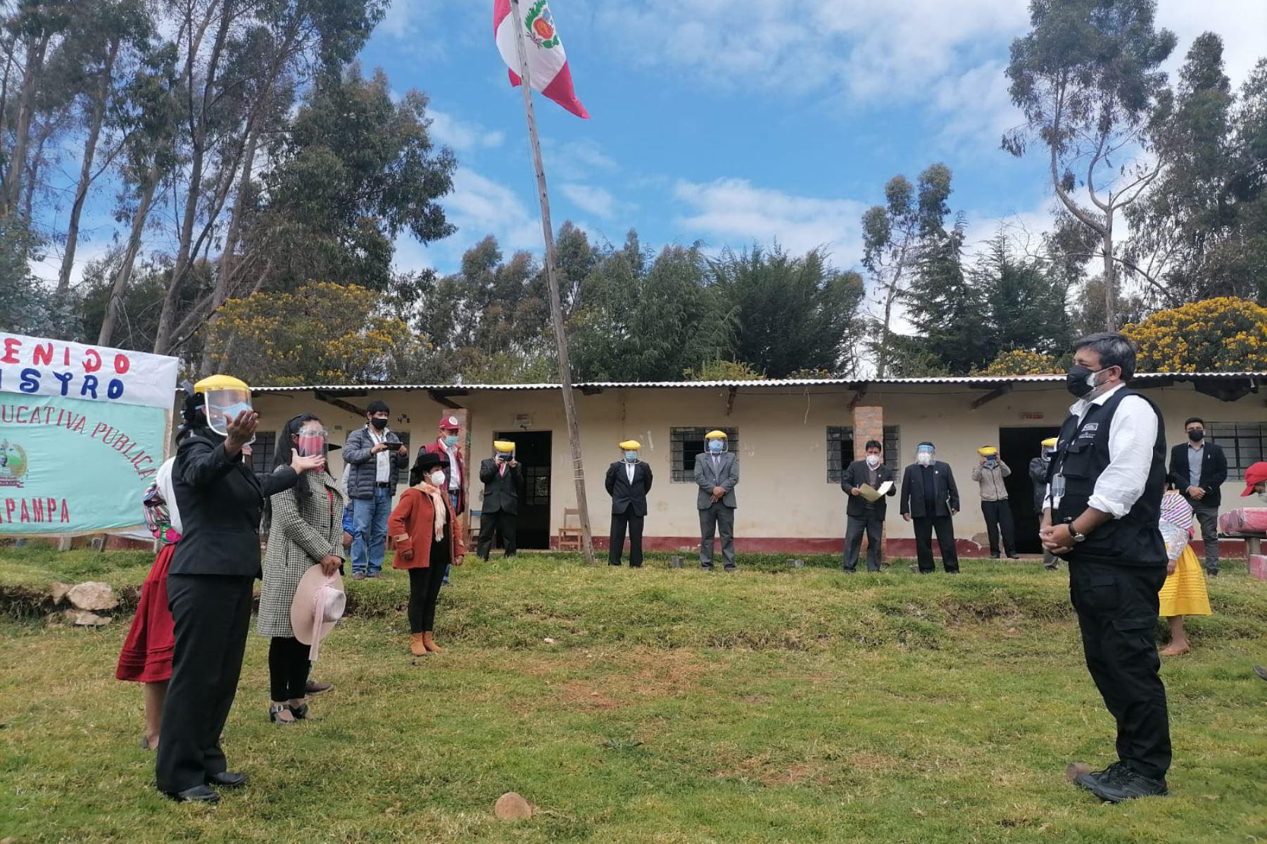 El Ministro de Educación, Ricardo Cuenca, visitó el centro poblado de Colcapampa, donde los estudiantes de la IE Juan José Mendoza Bellido regresaron a clases semi presenciales gracias al apoyo de las familias, docentes y autoridades. Foto: ANDINA/ Minedu