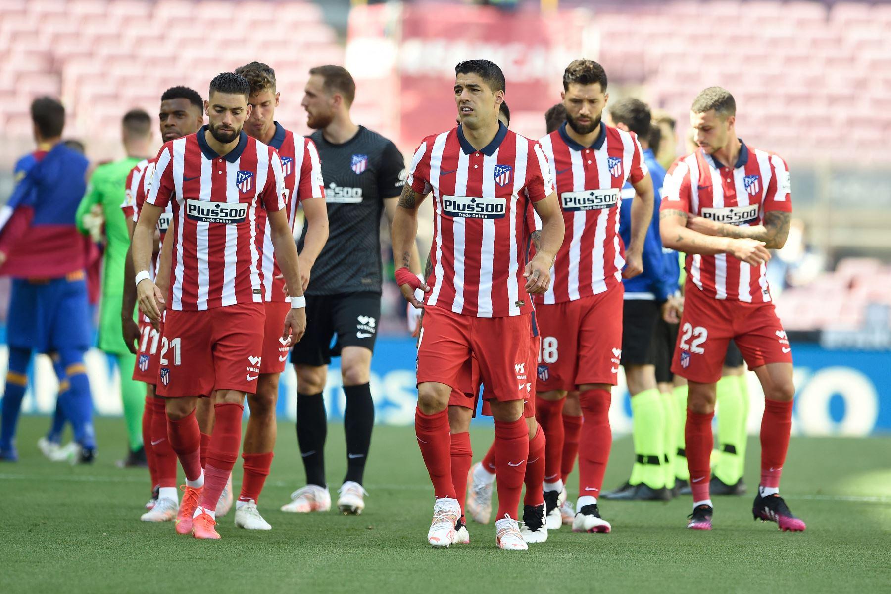 El delantero uruguayo del Atlético de Madrid Luis Suárez y sus compañeros calientan antes del partido de fútbol de la liga española FC Barcelona contra el Club Atlético de Madrid. Foto: AFP