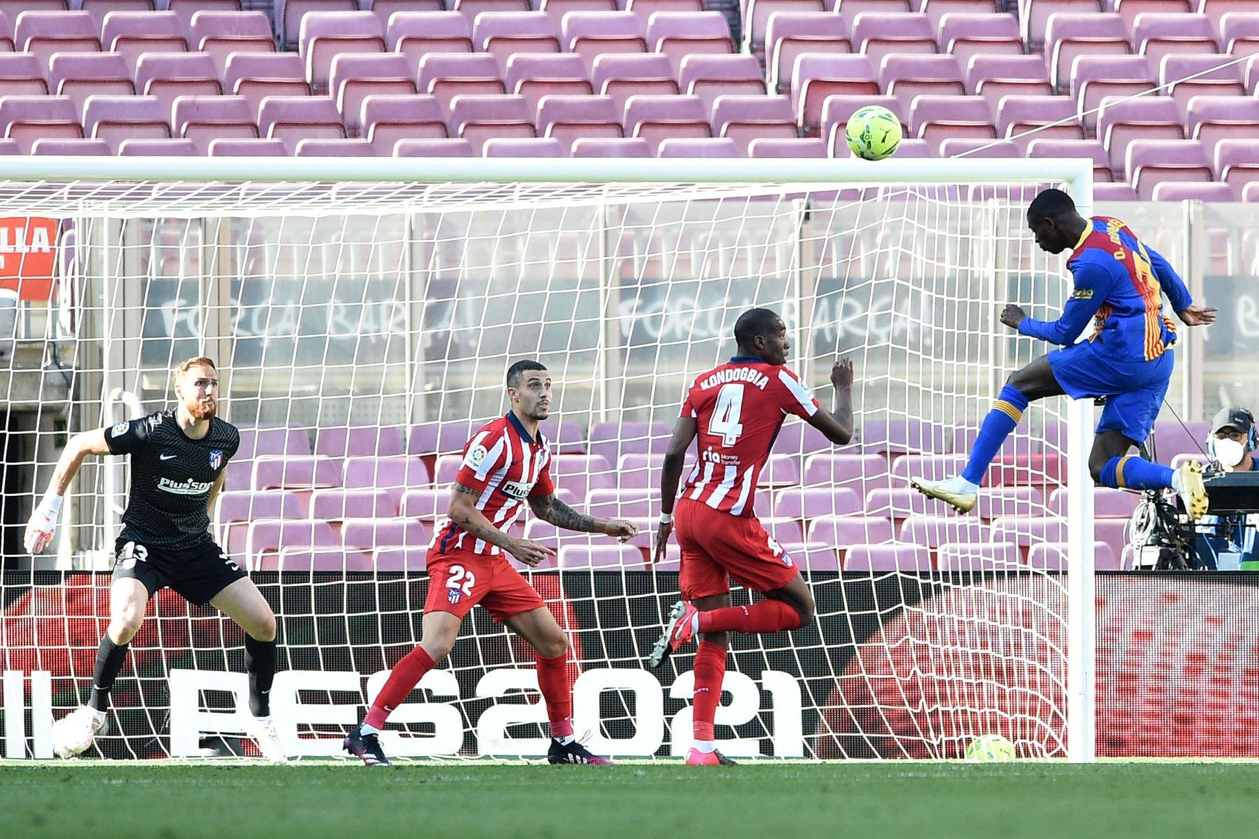 El delantero francés del Barcelona Ousmane Dembele  encabeza el balón durante el partido de fútbol de la liga española FC Barcelona contra el Club Atlético de Madrid. Foto: AFP