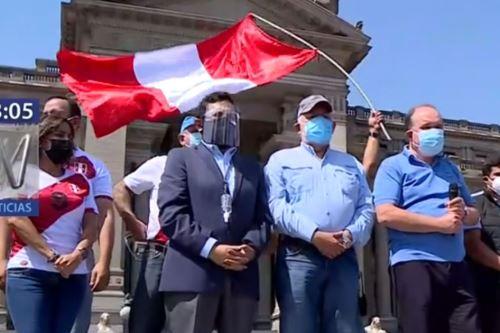 El empresario y ex candidato presidencial Rafael López Aliaga encabezó la marcha. Foto: captura TV.