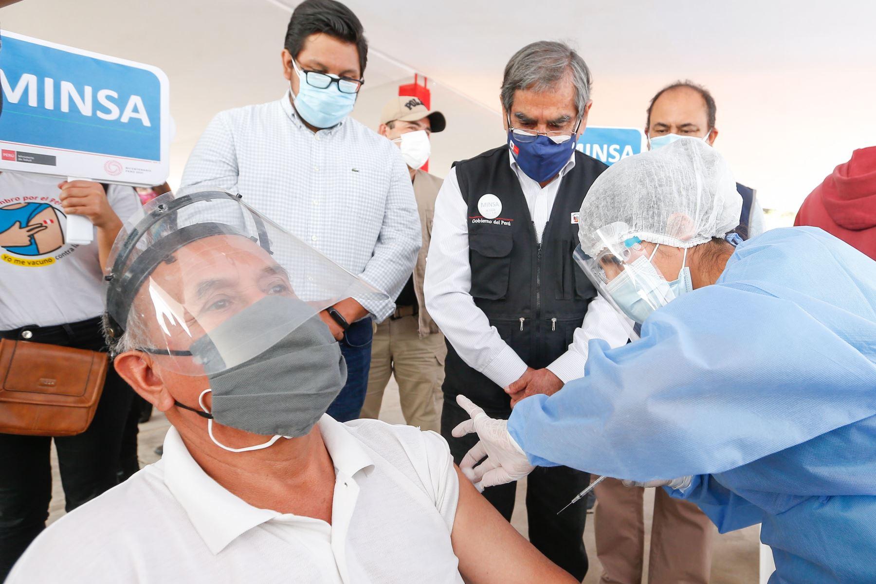 Ministro de Salud, Óscar Ugarte supervisa la vacunación contra la covid-19 en el distrito de Puente Piedra. Foto: Minsa