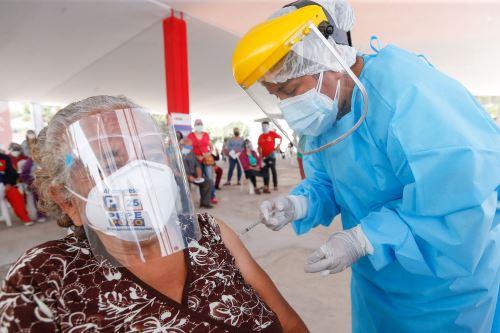 Ministro de Salud supervisa la vacunación contra la covid-19 en Puente Piedra