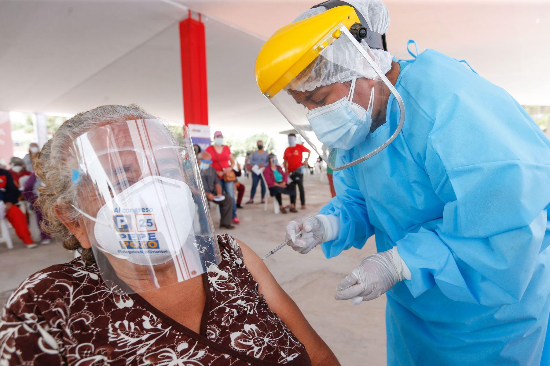 Hoy llegó un lote de 30,420 dosis de la vacuna Pfizer para continuar con el proceso de inmunización de los adultos mayores. Foto: ANDINA/Difusión