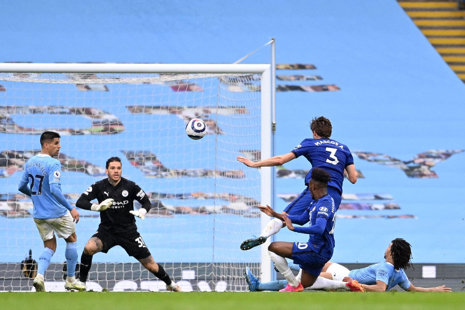 El defensor español del Chelsea, Marcos Alonso, dispara para anotar a su último ganador durante el partido de fútbol de la Premier League inglesa entre Manchester City y Chelsea. Foto: AFP