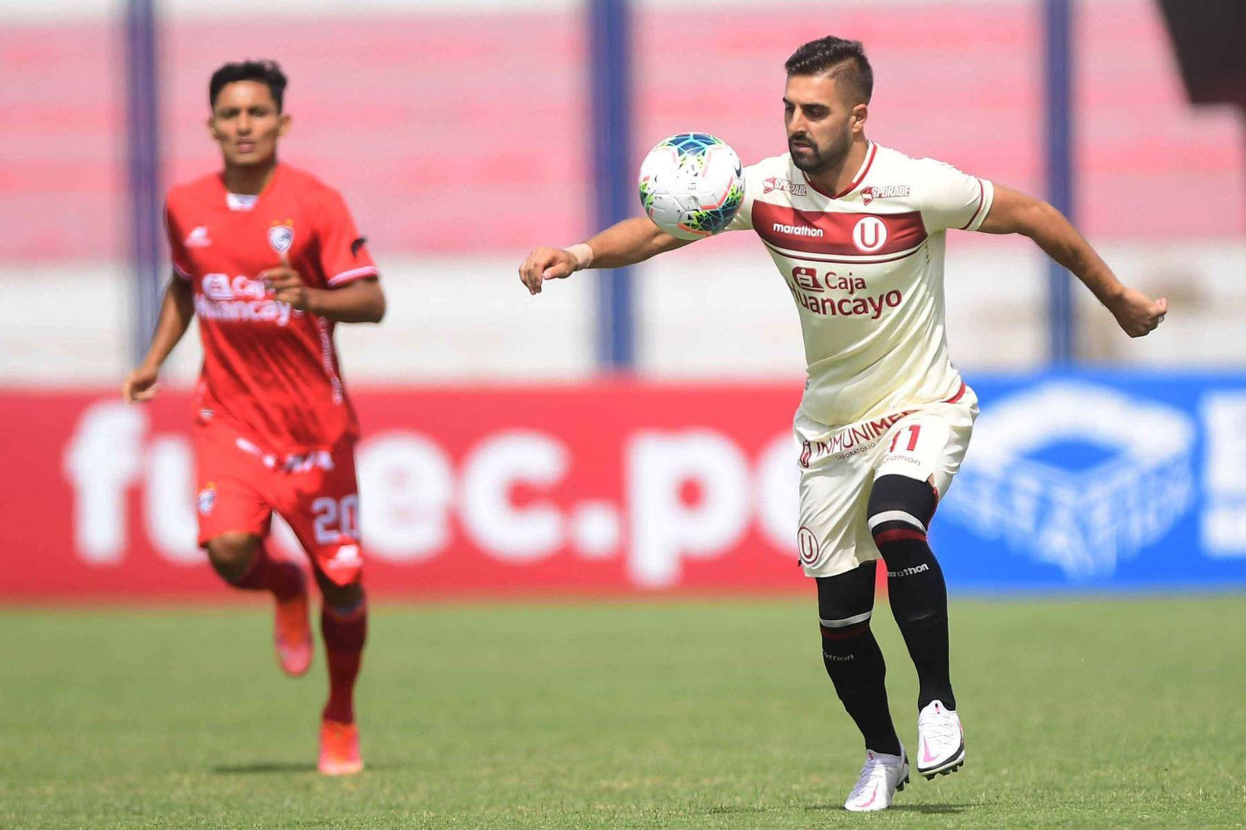 L. Urruti  de Universitario  disputa el balón ante el jugador de Cienciano  por la séptima  fecha de la fase 1, en el estadio Iván Elías Moreno. .  Foto: @LigaFutProf