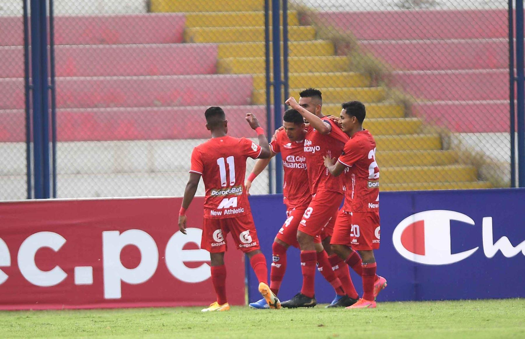 Luis Álvarez de Cienciano celebra su gol anotado ante Universitario por la séptima  fecha de la fase 1, en el estadio Iván Elías Moreno en Villa el Salvador. Foto: @LigaFutProf