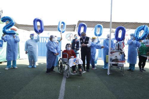 La señora Olinda, de 84 años de edad, recibió la dosis número dos millones en medio de un ambiente de esperanza y la alegría del personal de salud. Foto: ANDINA/difusión.