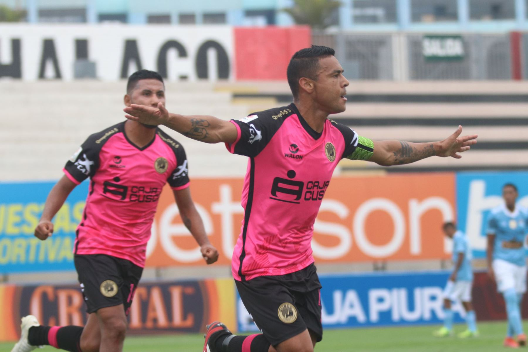 Alfredo Ramúa de Cusco F.C celebra su gol ante el Cristal por la séptima  fecha de la fase 1, en el estadio Miguel Grau .  Foto: @LigaFutProf