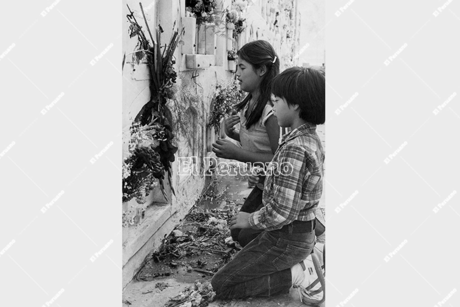 Callao - 13 mayo 1984 / En el Día de la Madre, dos niños visitan una tumba en el cementerio Baquijano y Carrillo. Foto: Archivo Histórico de El Peruano / Manuel Cahua