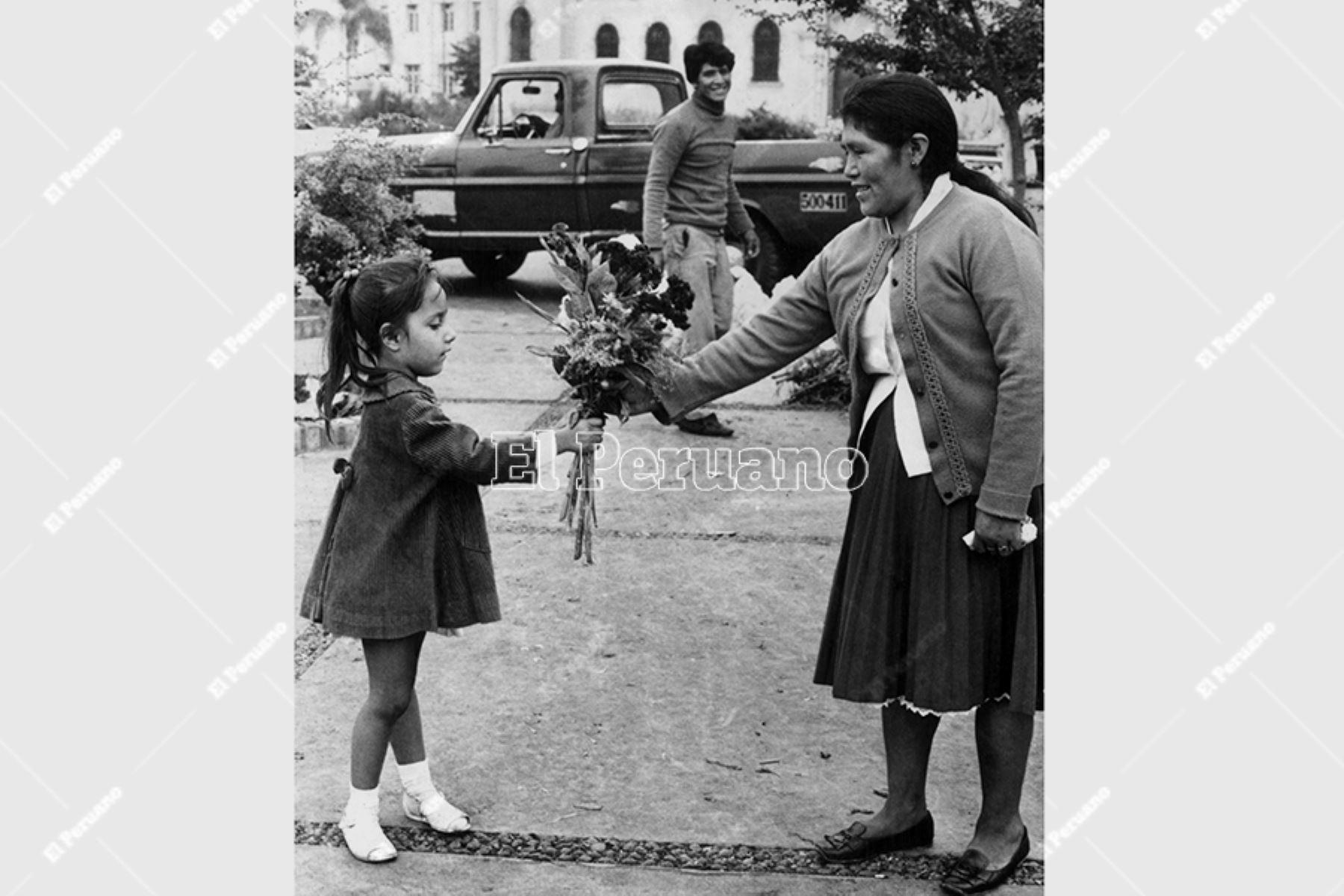 Lima - 10 mayo 1970 / Una niña entrega un ramo de flores en el Día de la Madre. Foto: Archivo Histórico de El Peruano