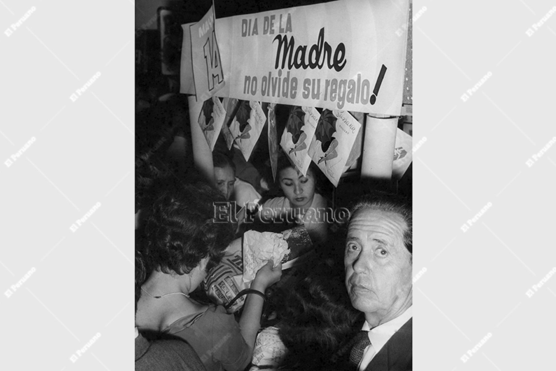 Lima - 13 mayo 1961 / Las tiendas del centro de Lima lucen abarrotadas de público en la víspera del Día de la Madre. Foto: Archivo Histórico de El Peruano
