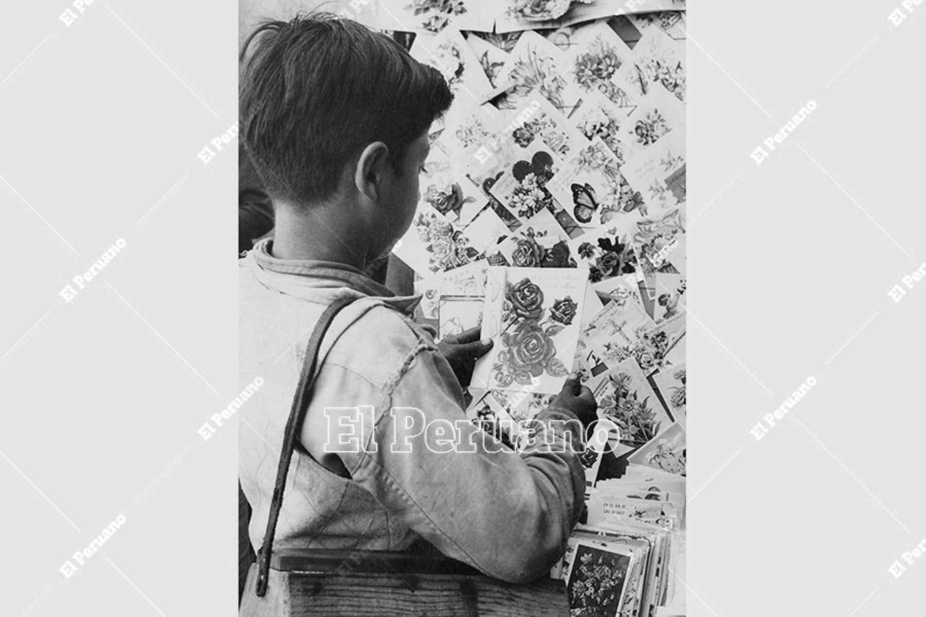 Lima - 9 mayo 1959 / Un canillita escoge una tarjeta para obsequiarla a su progenitora en el Día de la Madre. Foto: Archivo Histórico de El Peruano