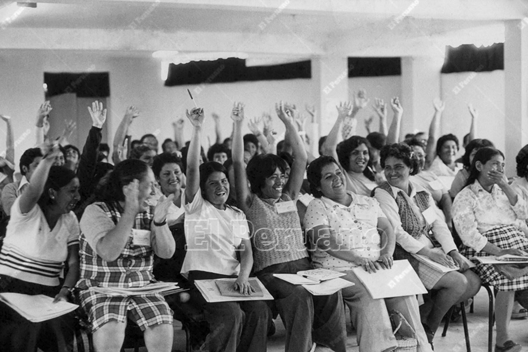 Lima - 4 mayo 1976 / La Junta de Asistencia Nacional (JAN) celebró por anticipado el Día de la Madre en la Primera Convención de Pueblos Jovenes de Lima y Callao. Foto: Archivo Histórico de El Peruano / José Risco