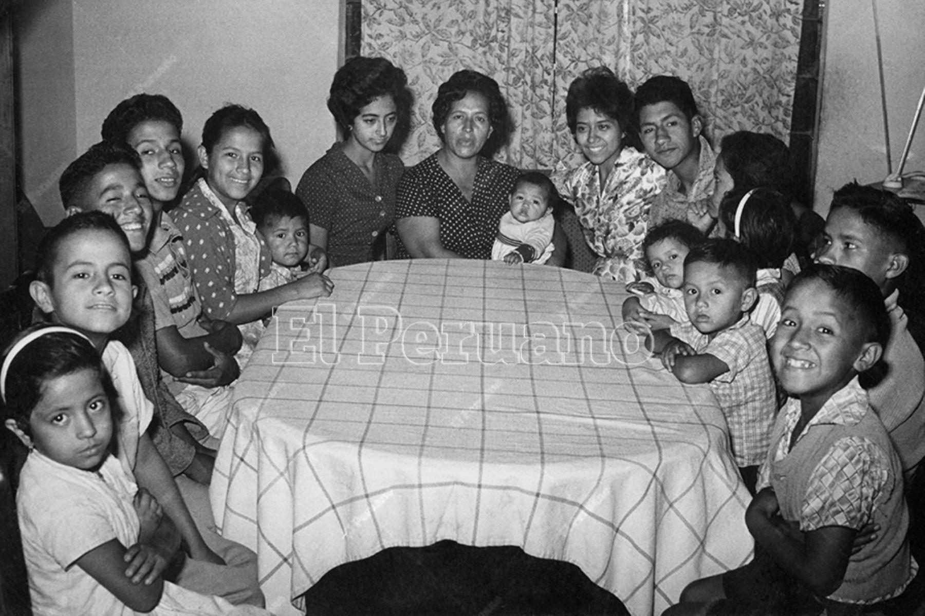 Lima -  11 mayo 11 mayo 1962 / La señora Emma Ortecho de Cisneros, natural de Santiago de Chuco,  madre de 18 hijos. La mayor de sus hijas tiene 25 años y la menor apenas 4 meses. Doña Emma tiene 42 años y vive en Surco.  Será homenajeada en el Día de la Madre. Foto: Archivo Histórico de El Peruano