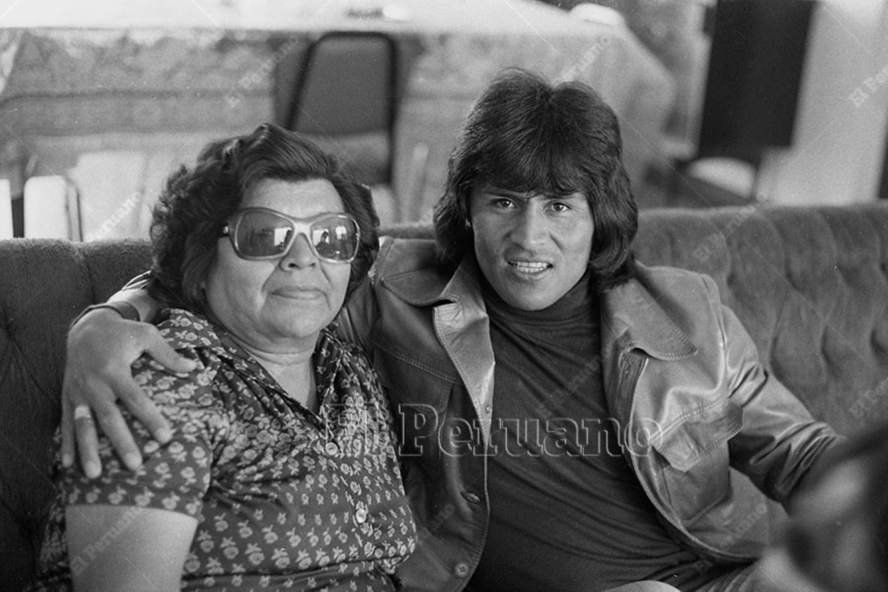 Lima - 8 mayo 1977 / Hugo Sotil junto a su mamá  Nora Yerén a la que fue a saludar muy temprano por el Día de la Madre antes de jugar el clásico del fútbol peruano. Foto: ANDINA/ Archivo
