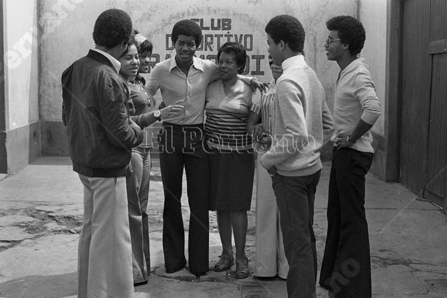 Lima - 21 mayo 1976 / Julio César Uribe figura juvenil del Sporting Cristal junto a su madre y familiares.  Foto: Archivo Histórico de El Peruano / Alejandro Aguirre