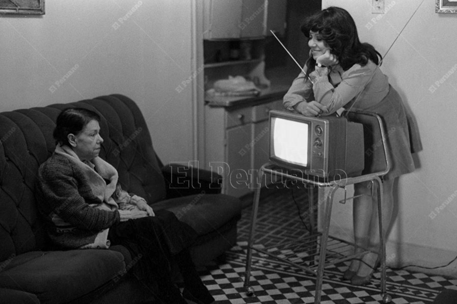 Lima - 19 junio 1984 / La actriz Nancy Cavagnary, y su madre,  en una producción especial para Variedades. Foto: Archivo Histórico de El Peruano / Rómulo Luján