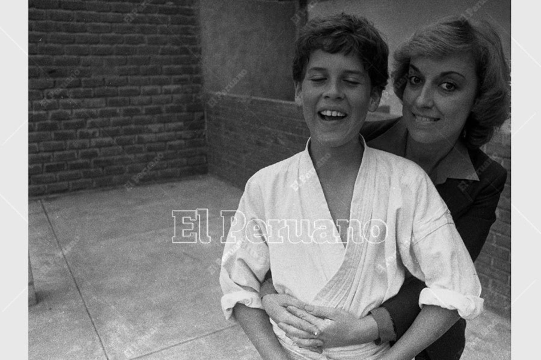 Lima - 23 setiembre 1983 / Regina Alcóver acompañada por su hijo Gian Marco Zignago.  Foto: Archivo Histórico de El Peruano / Leoncio Mariscal
