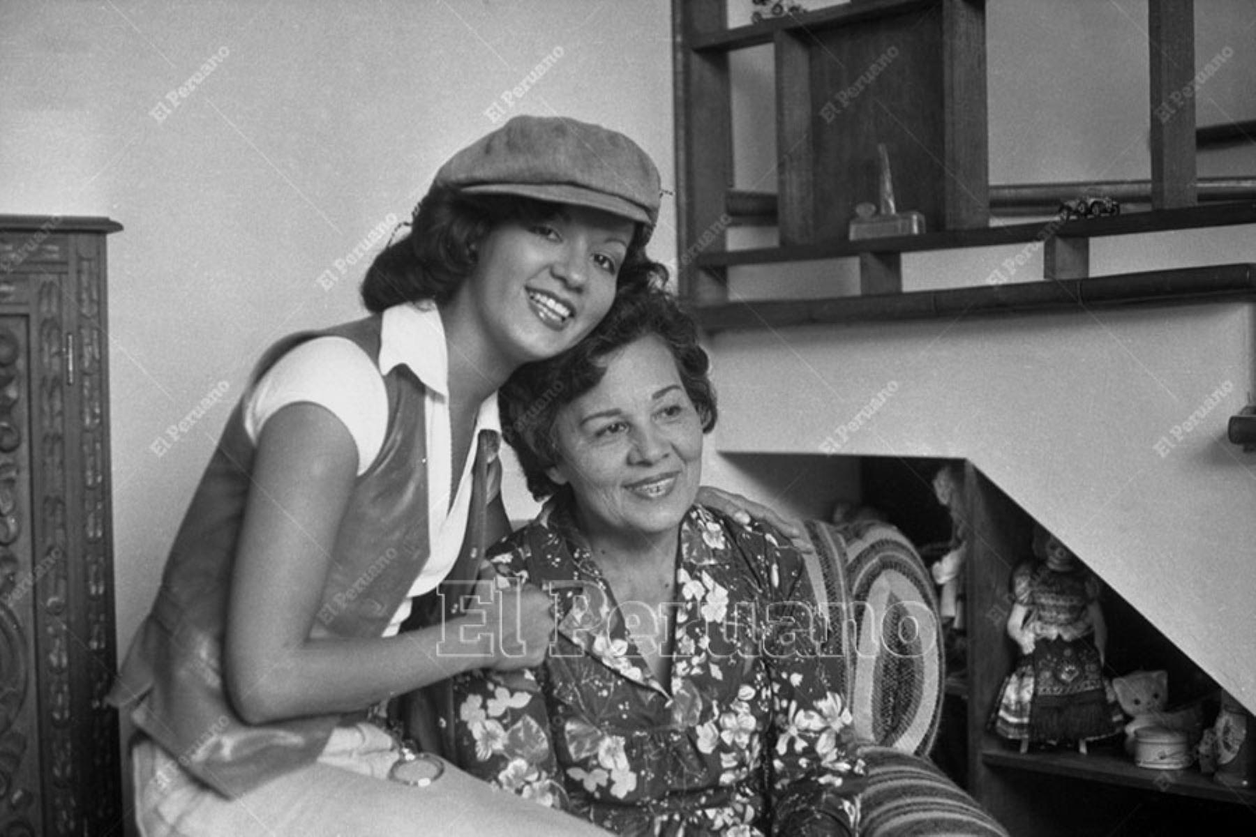 Lima - 8 mayo 1979 / Yola Polastri junto a su mamá para un especial de La Crónica por el Dia de la Madre. Foto: Archivo Histórico de El Peruano / Leoncio Mariscal