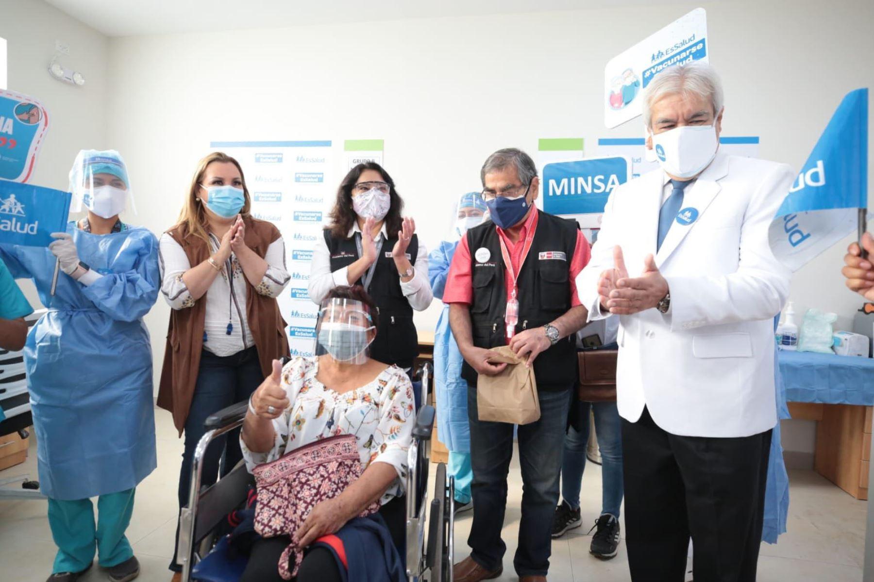La presidenta del Consejo de Ministros, Violeta Bermúdez, y el ministro de Salud, Oscar Ugarte, inspeccionan el proceso de vacunación contra la covid-19 a adultos mayores de 70 años en un recorrido por distritos de Lima metropolitana.  Foto: PCM