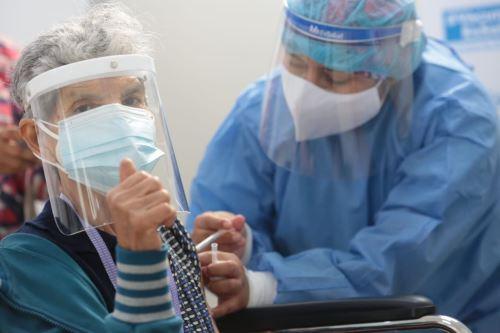 Presidenta del Consejo de Ministra y ministro de Salud supervisan el proceso de vacunación contra la covid- 19 para adultos mayores de 70 años en  Lima Metropolitana