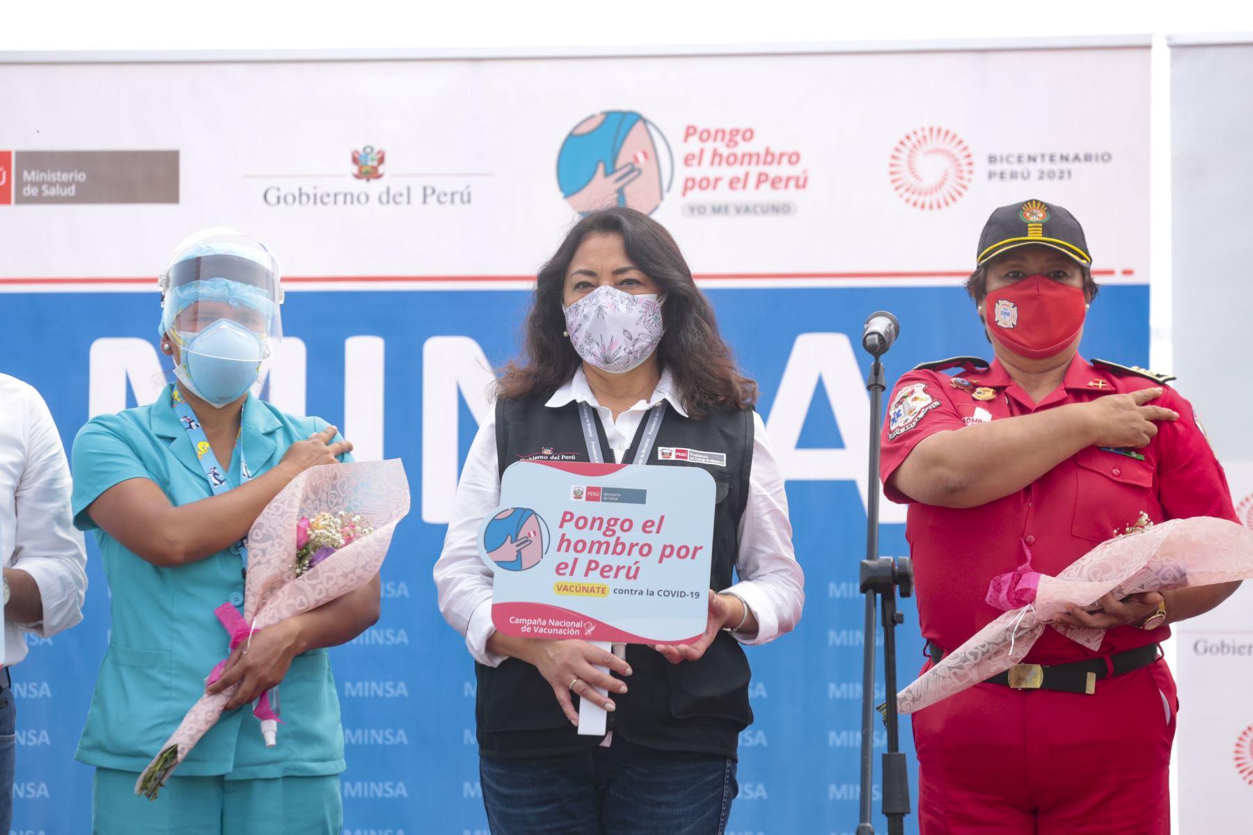 """La presidenta del Consejo de Ministros, Violeta Bermúdez, y el ministro de Salud, Oscar Ugarte, presentan la campaña """"Pongo el Hombro"""" orientada a generar confianza en el proceso de vacunación contra la covid-19 que se realiza en el país. Foto: PCM"""