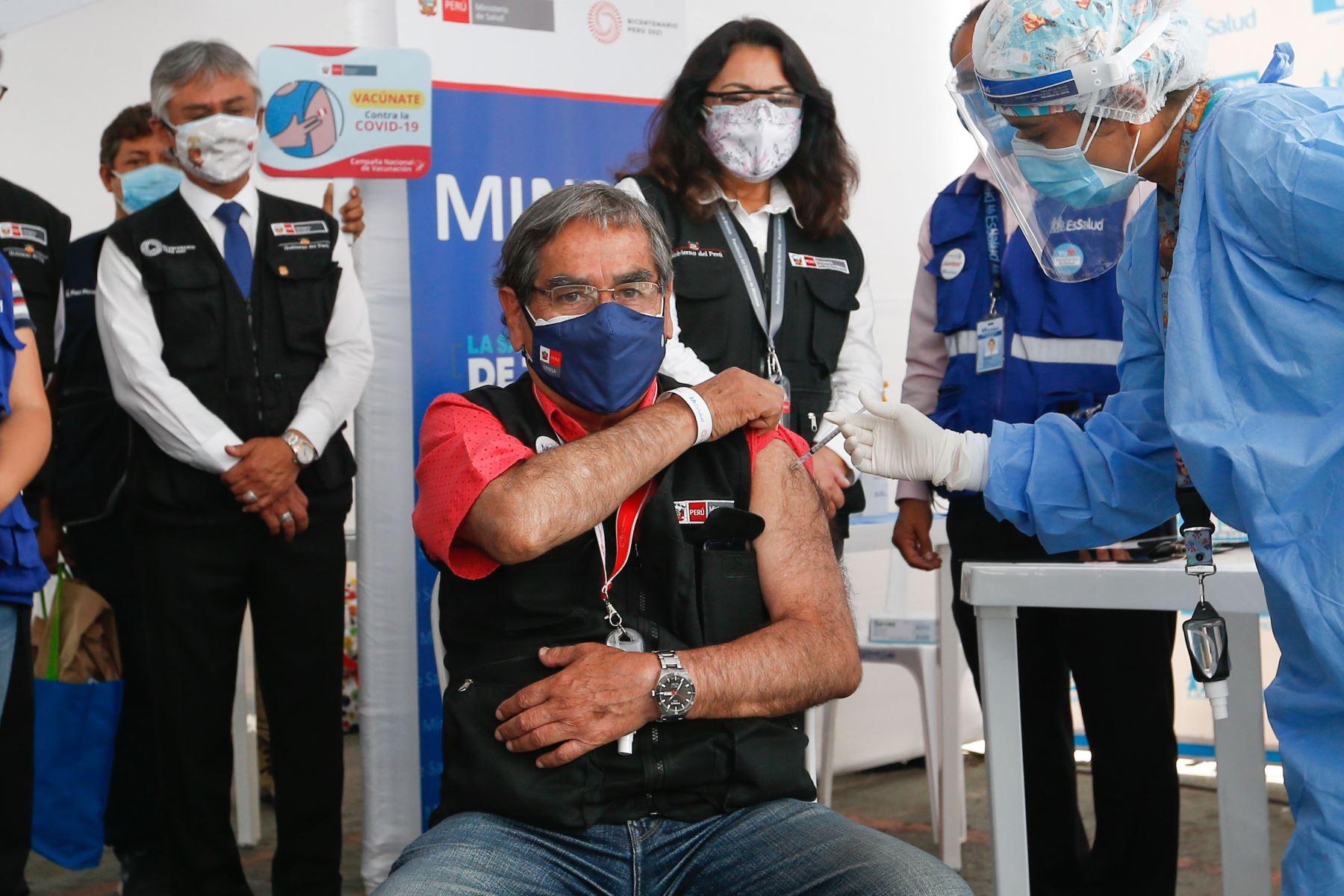 Vacunación del ministro de salud, Óscar Ugarte. Foto: Minsa