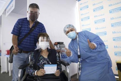 EsSalud realiza jornada de vacunación para mayores de 70 años en Surquillo