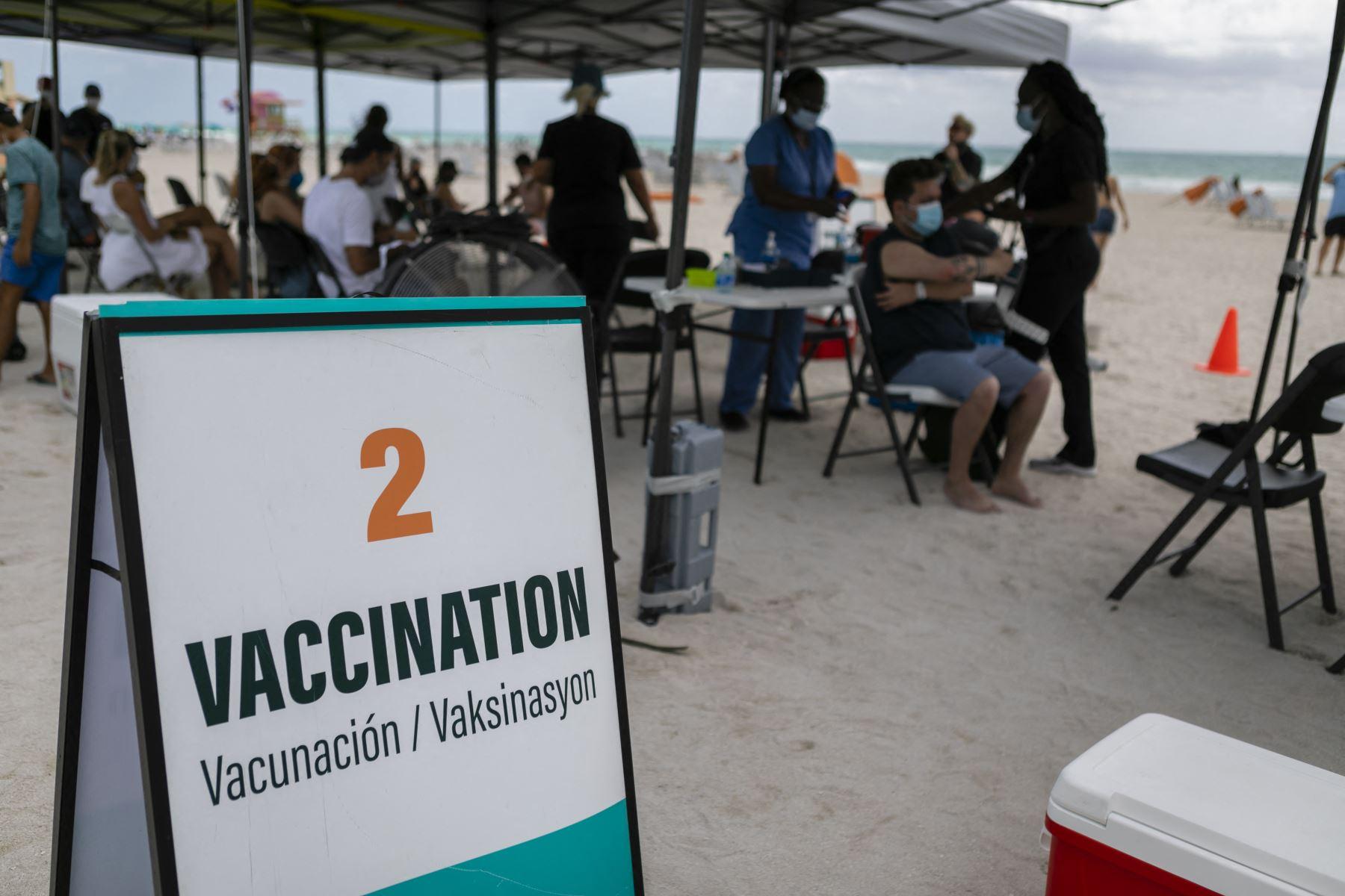 """""""El gobierno de Estados Unidos debería ayudar a cuanta gente sea posible"""", mencionó el comisionado demócrata David Richardson, quien supervisaba el operativo de vacunación. Foto: AFP"""
