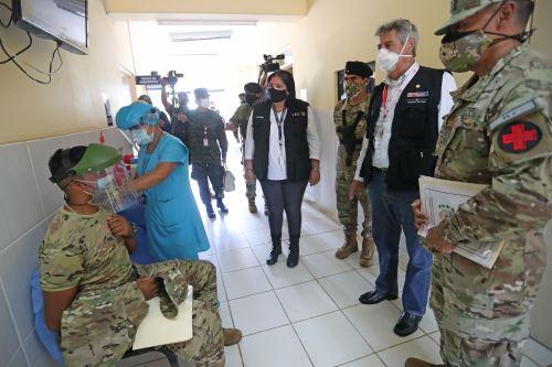 El presidente Francisco Sagasti junto a la ministra de Defensa visitan el CE-VRAEM