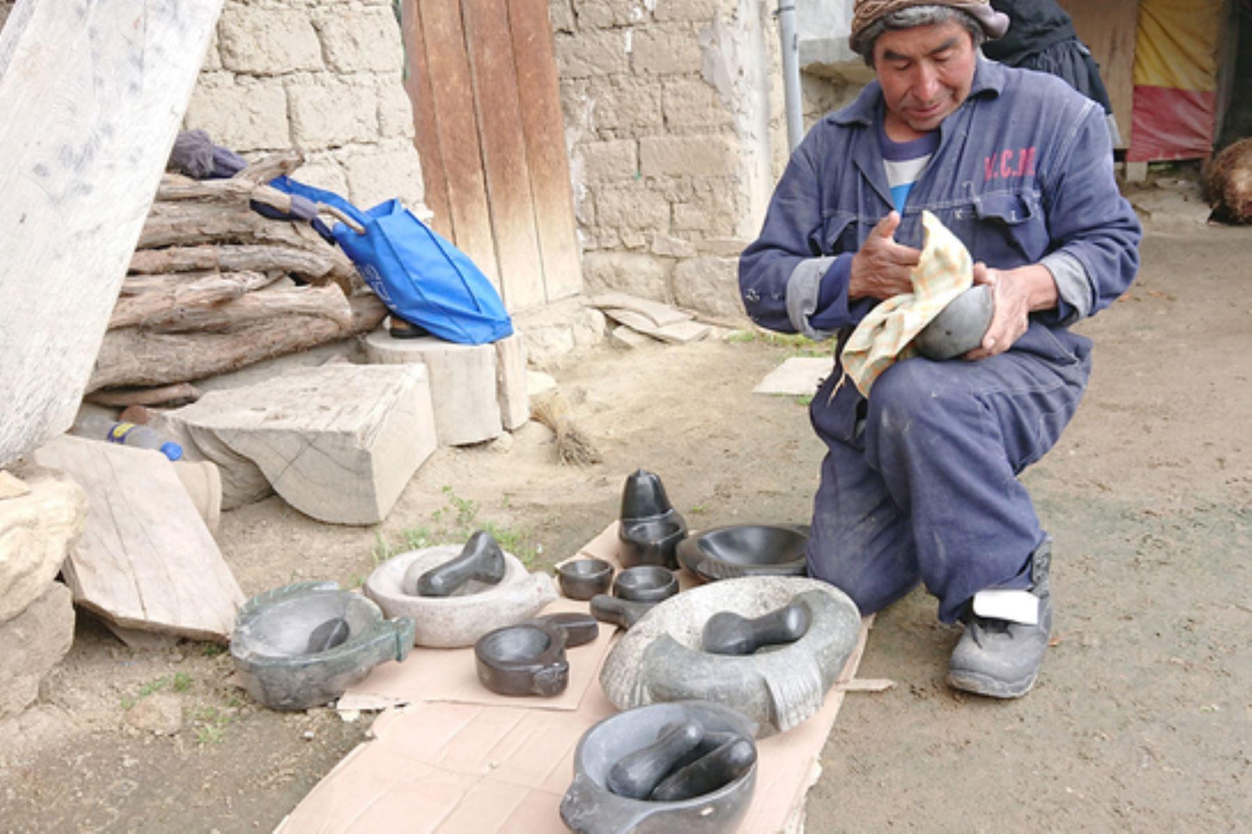 """Don Luciano Cárdenas es natural del centro poblado de Ccaccasiri, de Acoria, en Huancavelica, y desde niño talla piedras. La que trabaja es conocida como """"alaymosca"""" o viuda negra, muy resistente a los golpes a los que se exponen los morteros. ANDINA/ Gobierno Regional de Huancavelica"""