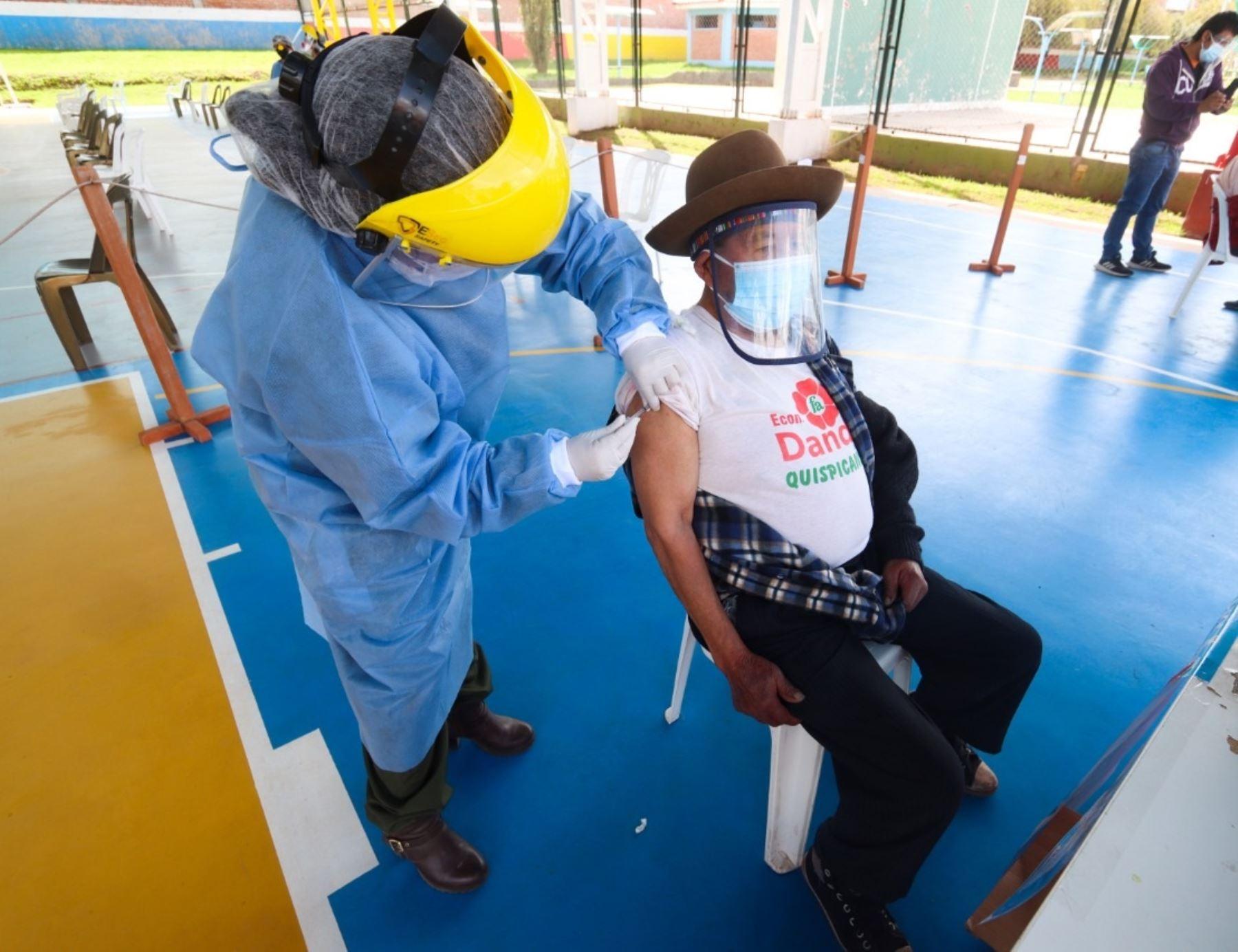 Cusco adelanta vacunación de adultos mayores de 60 años a más en distrito de Machu Picchu Pueblo para impulsar la reactivación del turismo.