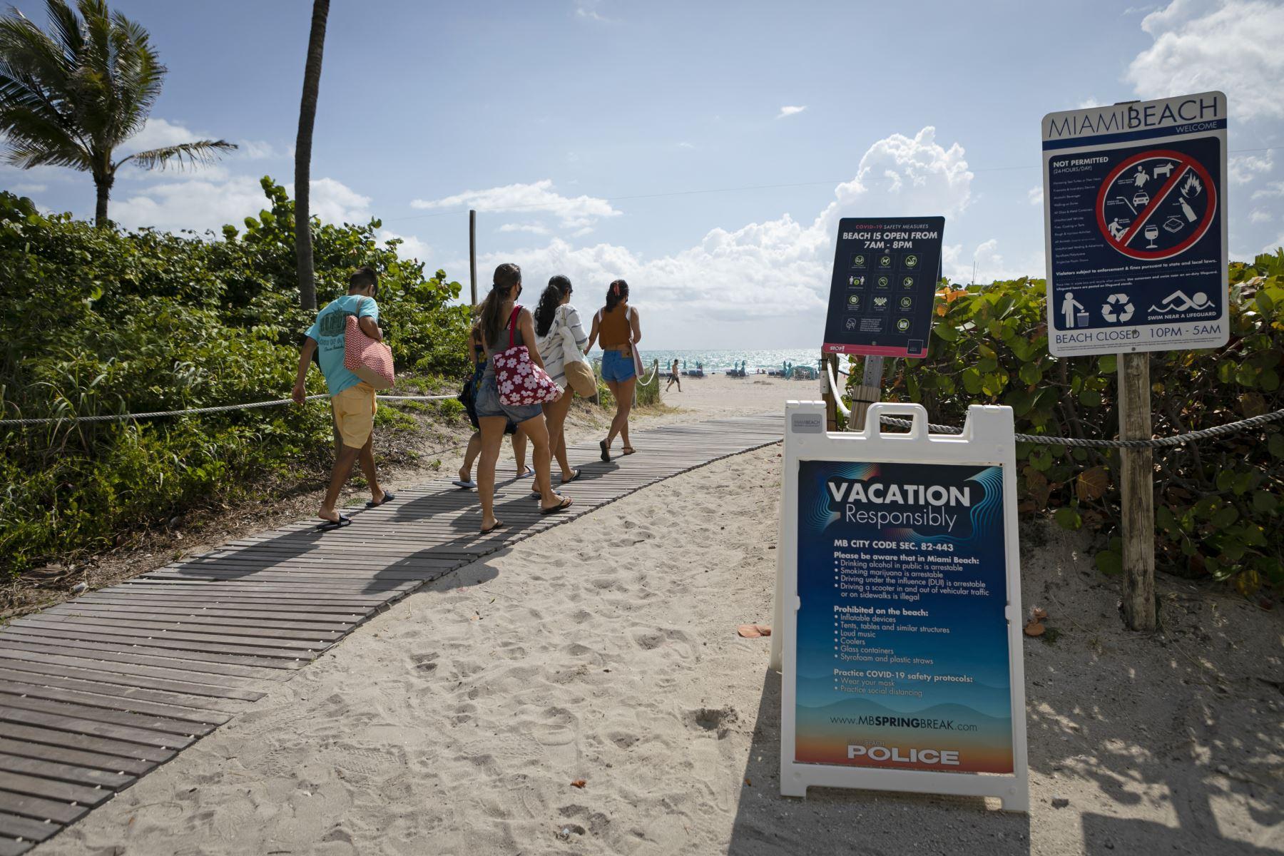 Turistas latinoamericanos se vacunan gratuitamente en la playa de Miami Beach. Foto: AFP