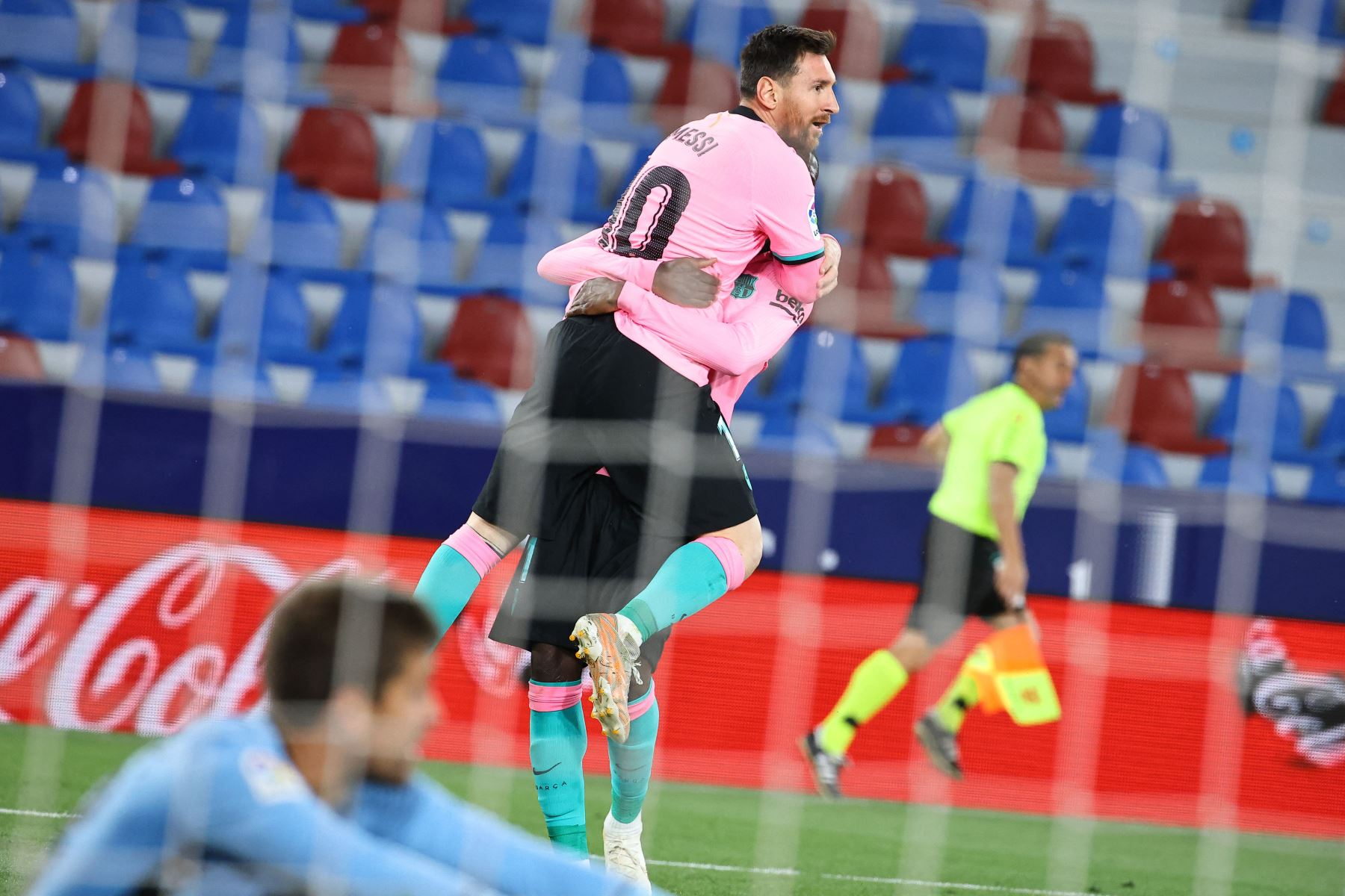 El delantero argentino del Barcelona Lionel Messi  celebra tras anotar durante el partido de fútbol de la liga española Levante UD contra el FC Barcelona. Foto: AFP