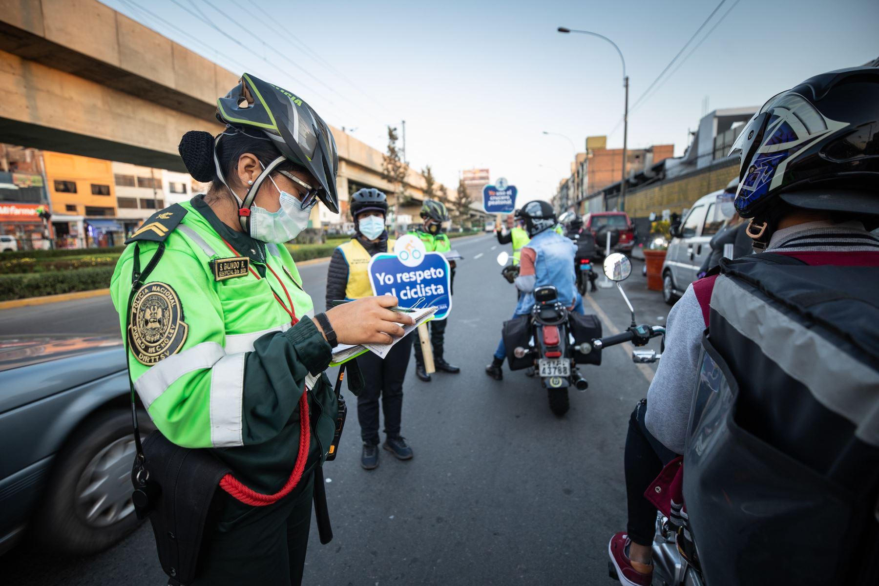 En operativo realizado por la Municipalidad de Lima y la Policía de Tránsito, conductores de vehículos menores fueron sancionados con multas de S/352.