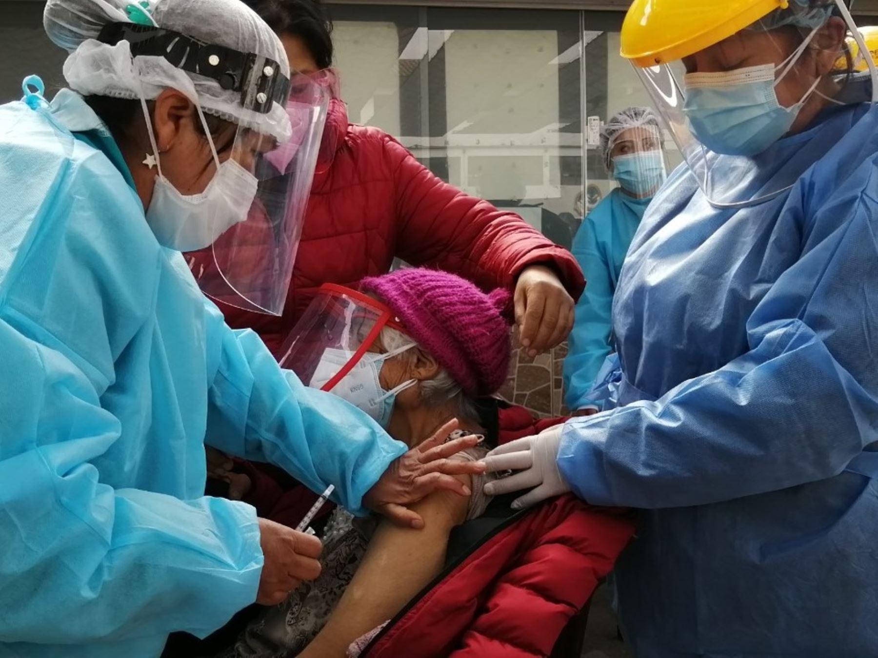 Hoy se inicia vacunación contra la covid-19 a adultos mayores de 70 años en la provincia de Cusco, informaron autoridades de Salud de esa región.