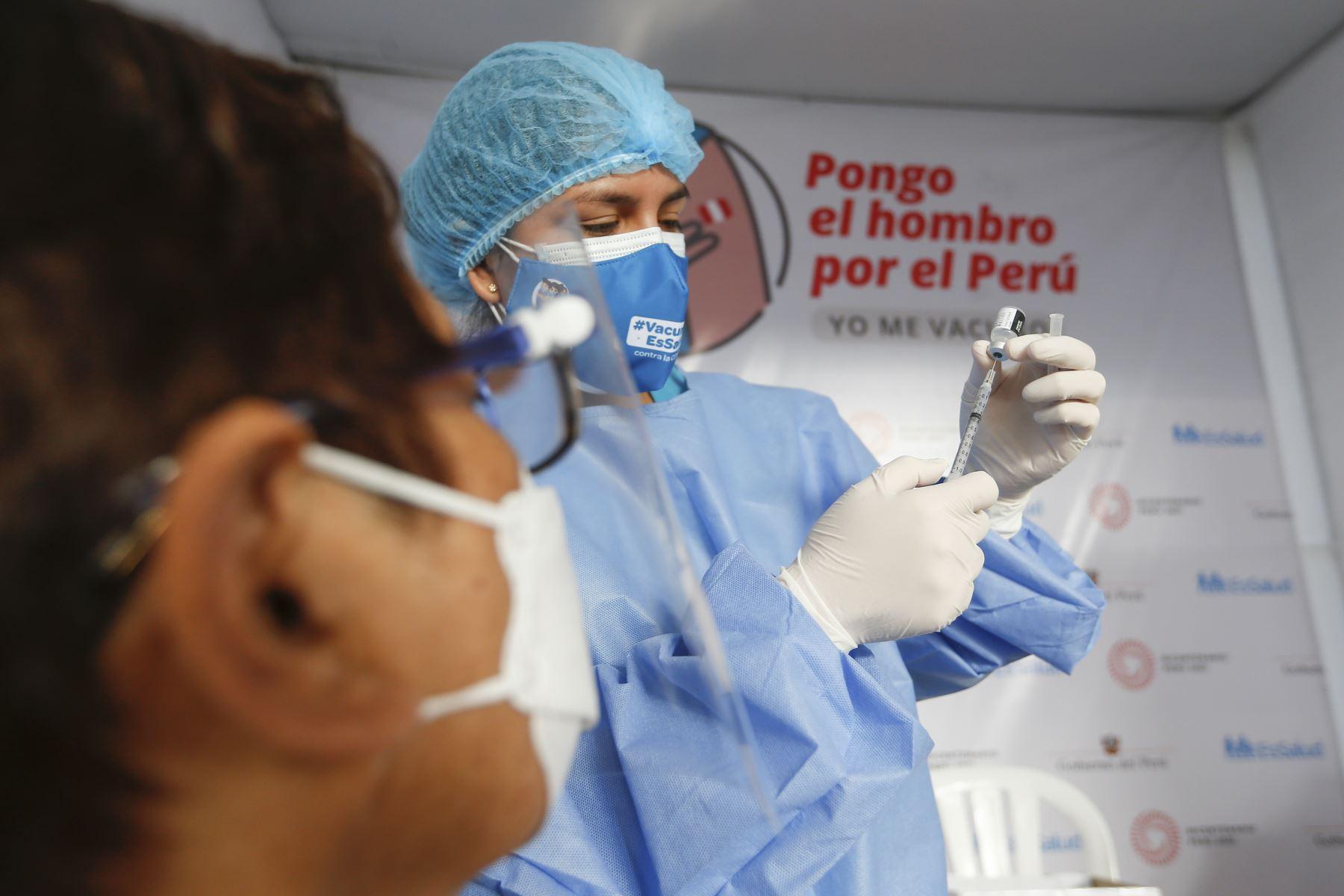 El ministro de Salud, Óscar Ugarte; junto a la presidenta de EsSalud, Fiorella Molinelli, supervisan el inicio del proceso de vacunación contra el covid-19 a los pacientes que reciben tratamiento de hemodiálisis. Foto: Minsa.
