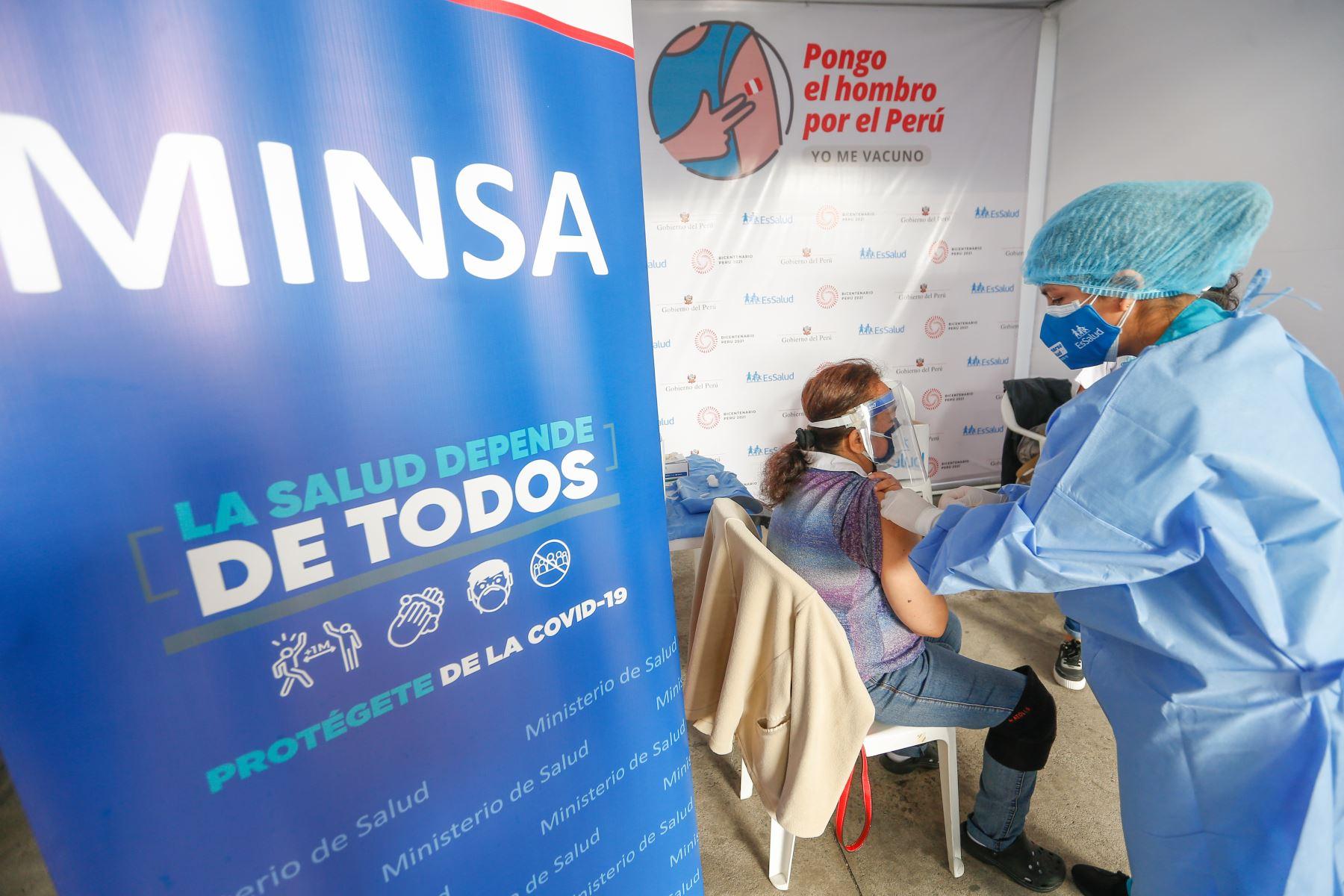El ministro de Salud, Óscar Ugarte, junto a la presidenta de EsSalud, Fiorella Molinelli, supervisan el inicio del proceso de vacunación contra la covid-19 a los pacientes que reciben tratamiento de hemodiálisis. Foto: Minsa