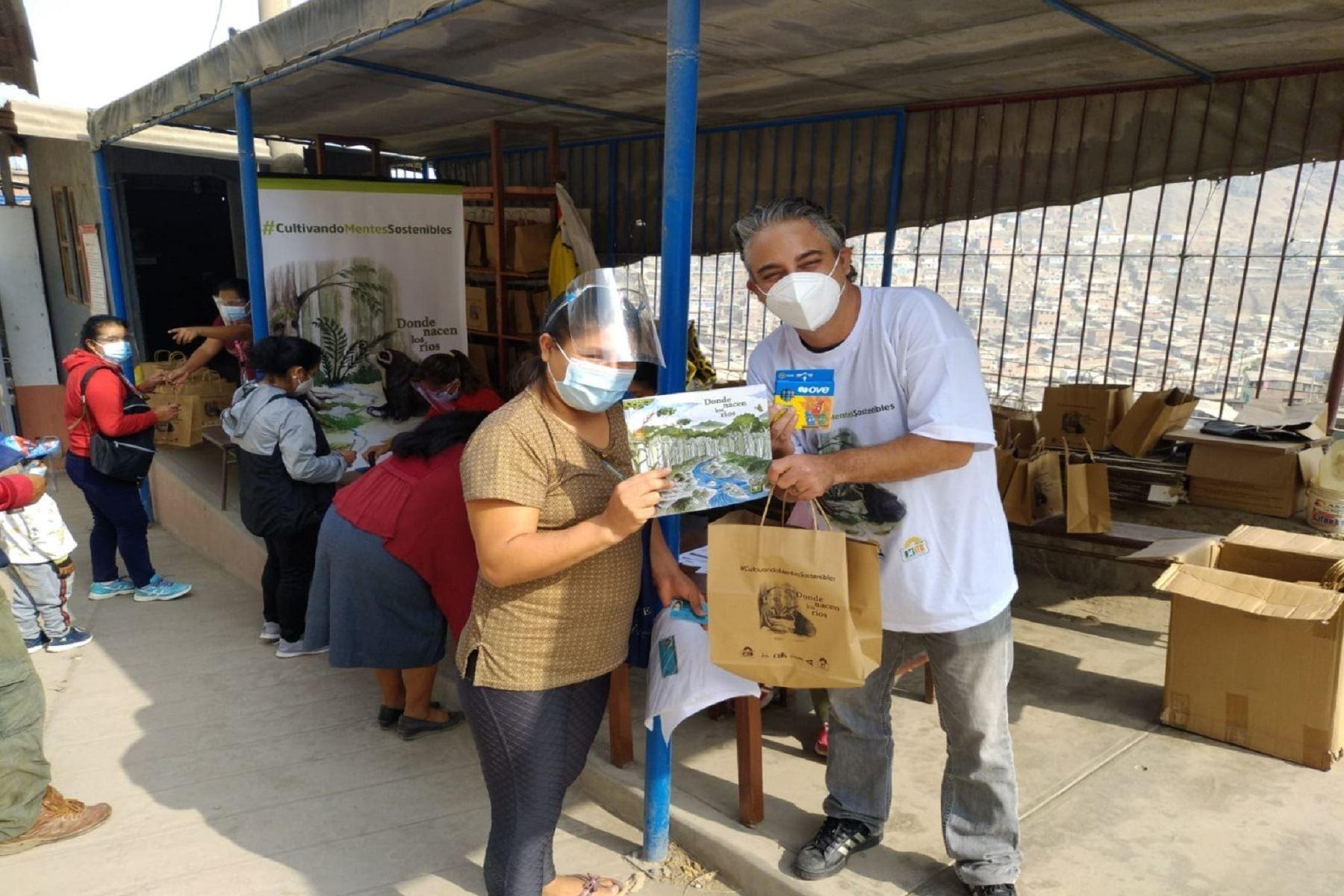 Pasco recibe donativo de paquetes educativos para incentivar la lectura en 1200 familias. Foto: Difusión