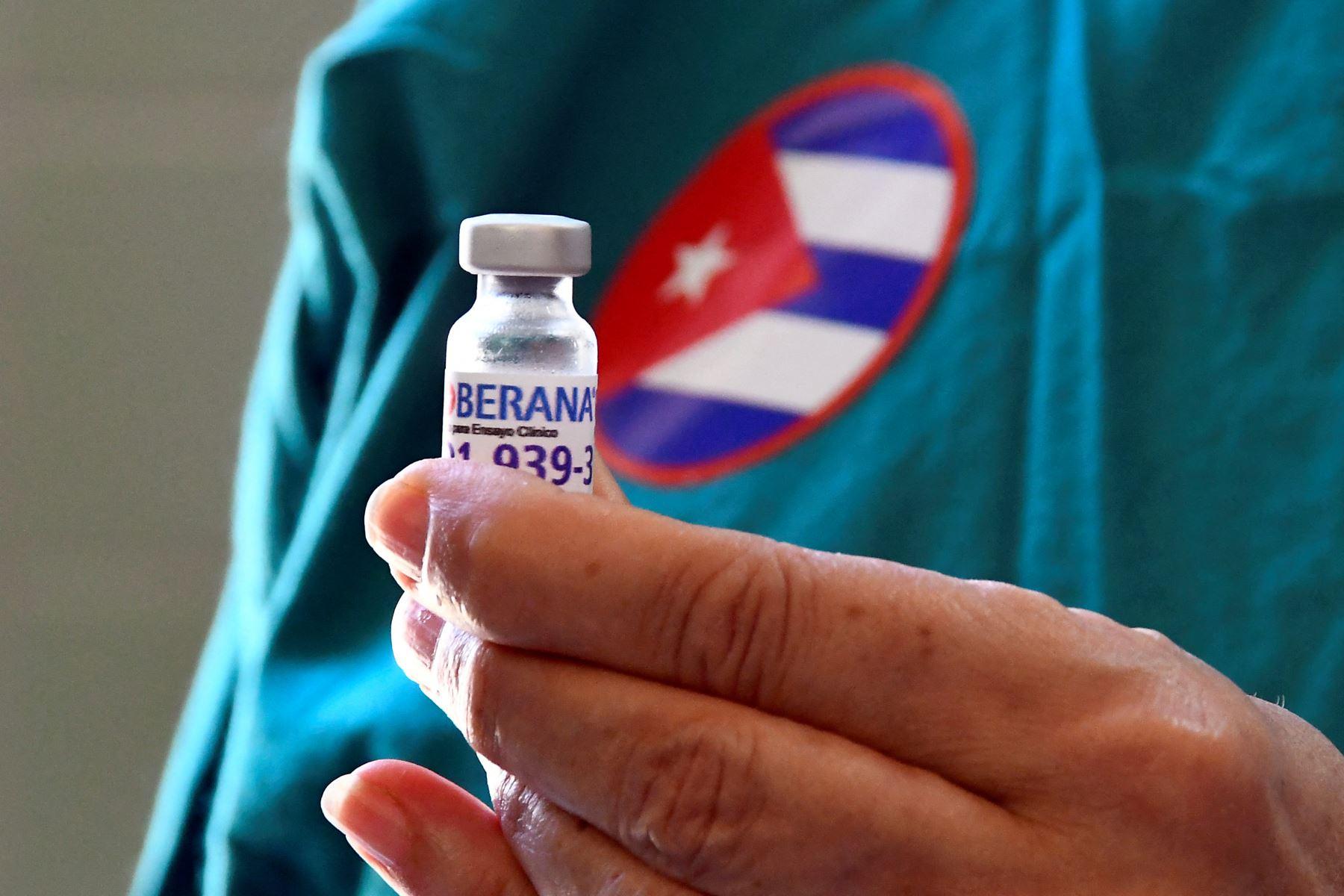 La isla tiene una larga historia de vacunas: bajo un embargo estadounidense desde 1962, Cuba comenzó a desarrollar sus propios remedios en la década de 1980. De las 13 vacunas de su programa de inmunización, ocho son de producción local. Foto: AFP.