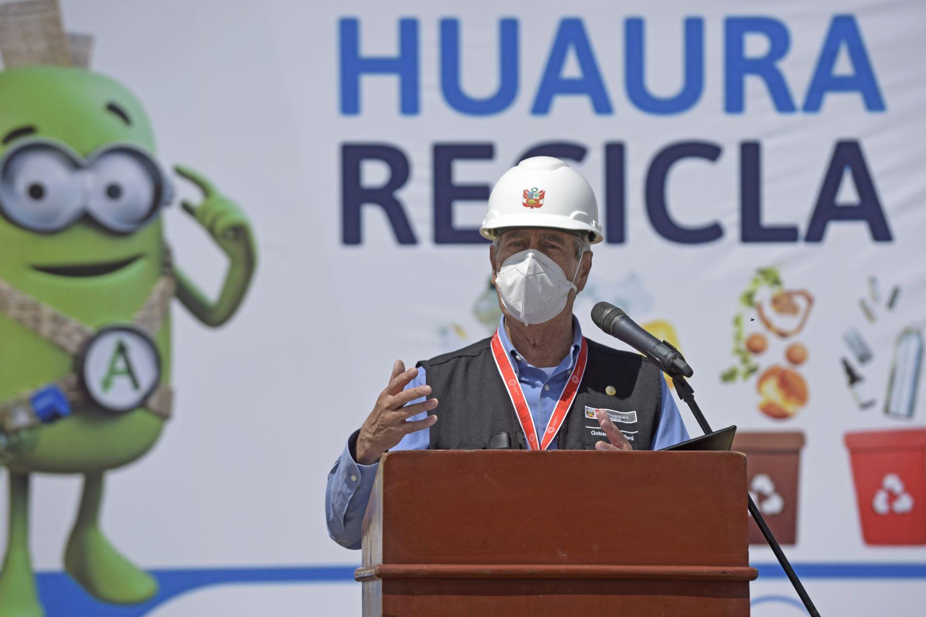 Como parte de las actividades por el 13° aniversario del Ministerio del Ambiente, el presidente Francisco Sagasti, junto con el ministro del Ambiente, el gobernador regional de Lima y el alcalde provincial de Huaura, inauguró el sistema integral de gestión de residuos para esta ciudad.  Foto: ANDINA/Prensa Presidencia.