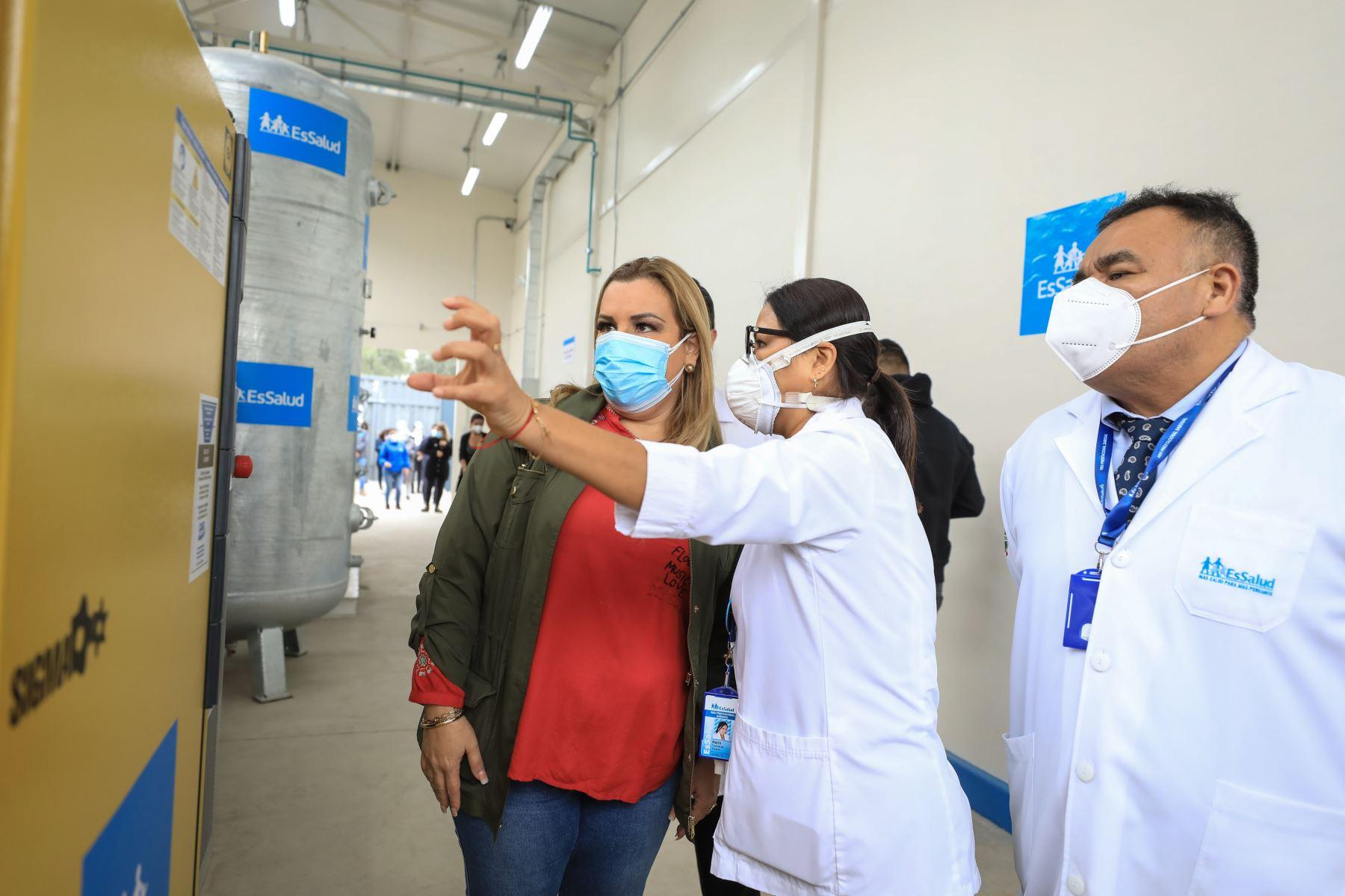 La presidenta ejecutiva de EsSalud, Fiorella Molinelli, participó en la puesta en marcha de camas UCI, tomógrafo y planta generadora de oxigeno en Hospital Negreiros. Foto: ANDINA/Essalud