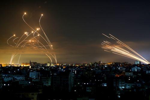 Los misiles israelíes (izquierda), en rumbo de intercepción de los cohetes de Hamás. Foto: AFP