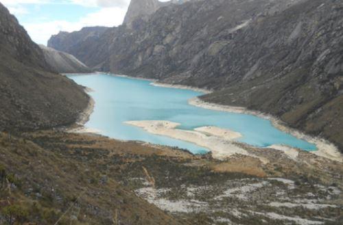 Expertos del Instituto Nacional de Investigación en Glaciares y Ecosistemas de Montaña (Inaigem), entidad adscrita al Ministerio del Ambiente (Minam), evalúan los riesgos para prevenir un eventual aluvión en la laguna parón, ubicada en la provincia de Huaylas, en la región Áncash.