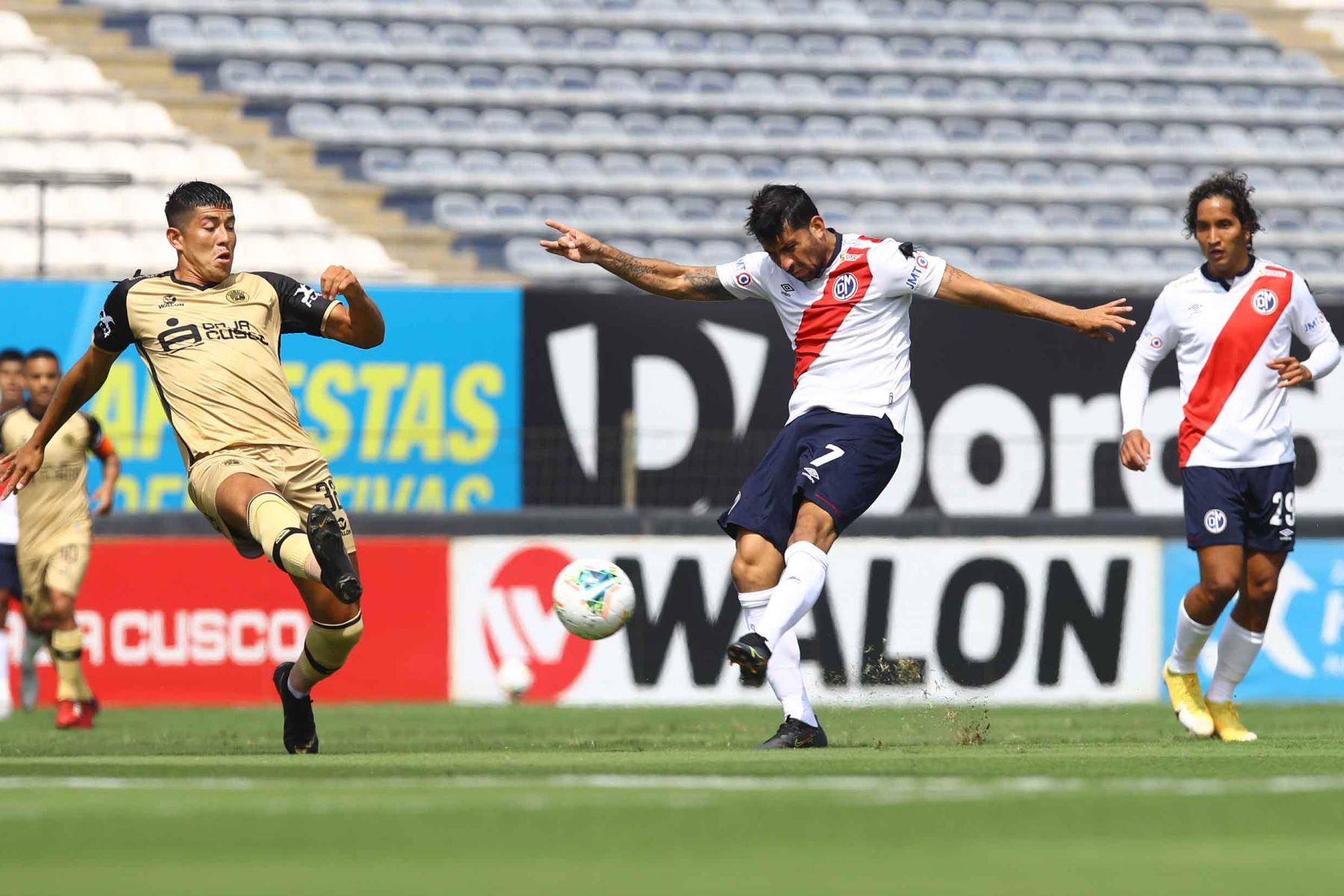 M. Valverde de D. Municipal  disputa  el balón ante el jugador de  F.C Cusco durante partido por la fecha 8 de la Liga 1, en el estadio Alejandro Villanueva. Foto: Liga 1
