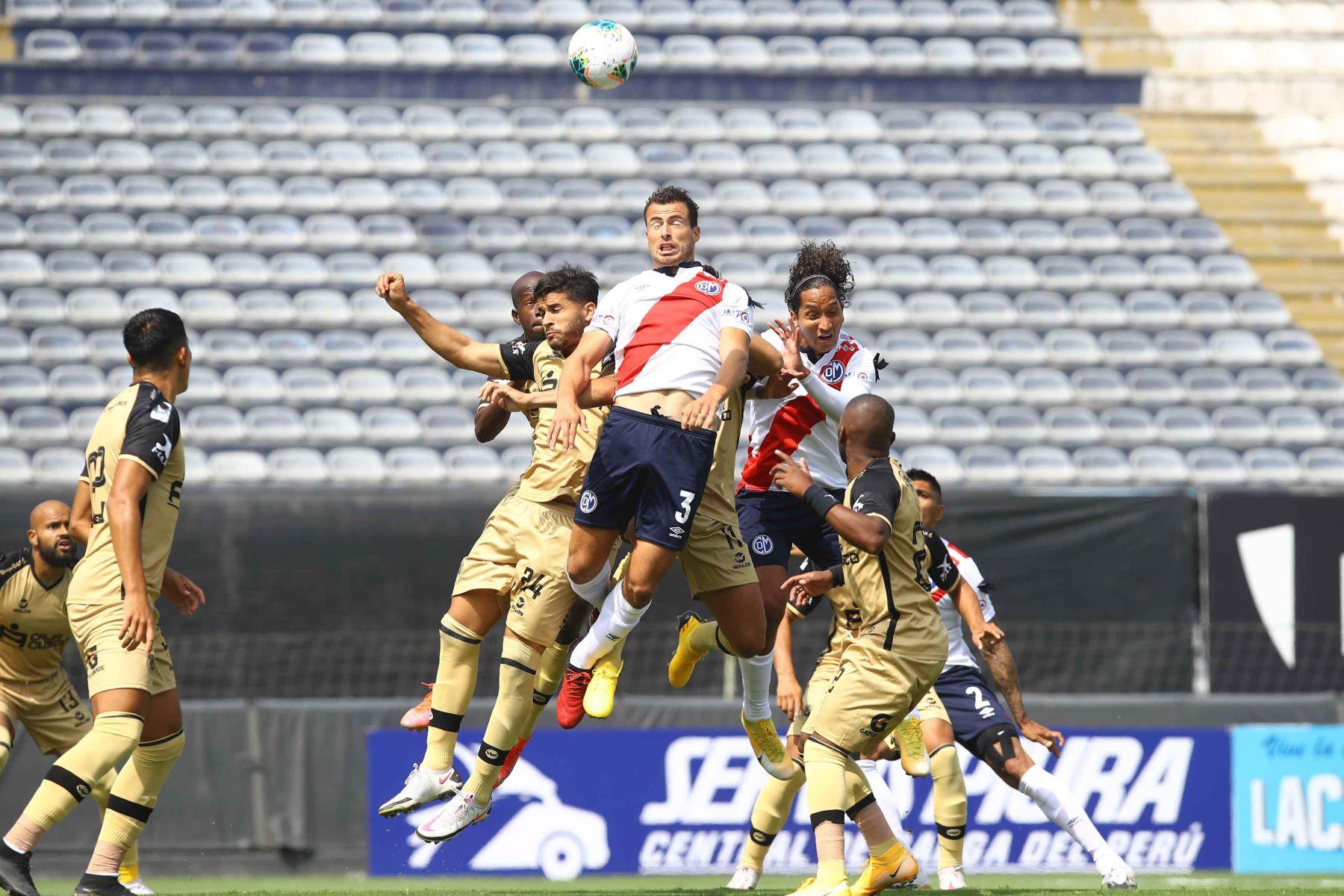 J. Caballero de D. Municipal  disputa  el balón ante el jugador de  F.C Cusco durante partido por la fecha 8 de la Liga 1, en el estadio Alejandro Villanueva. Foto: Liga 1