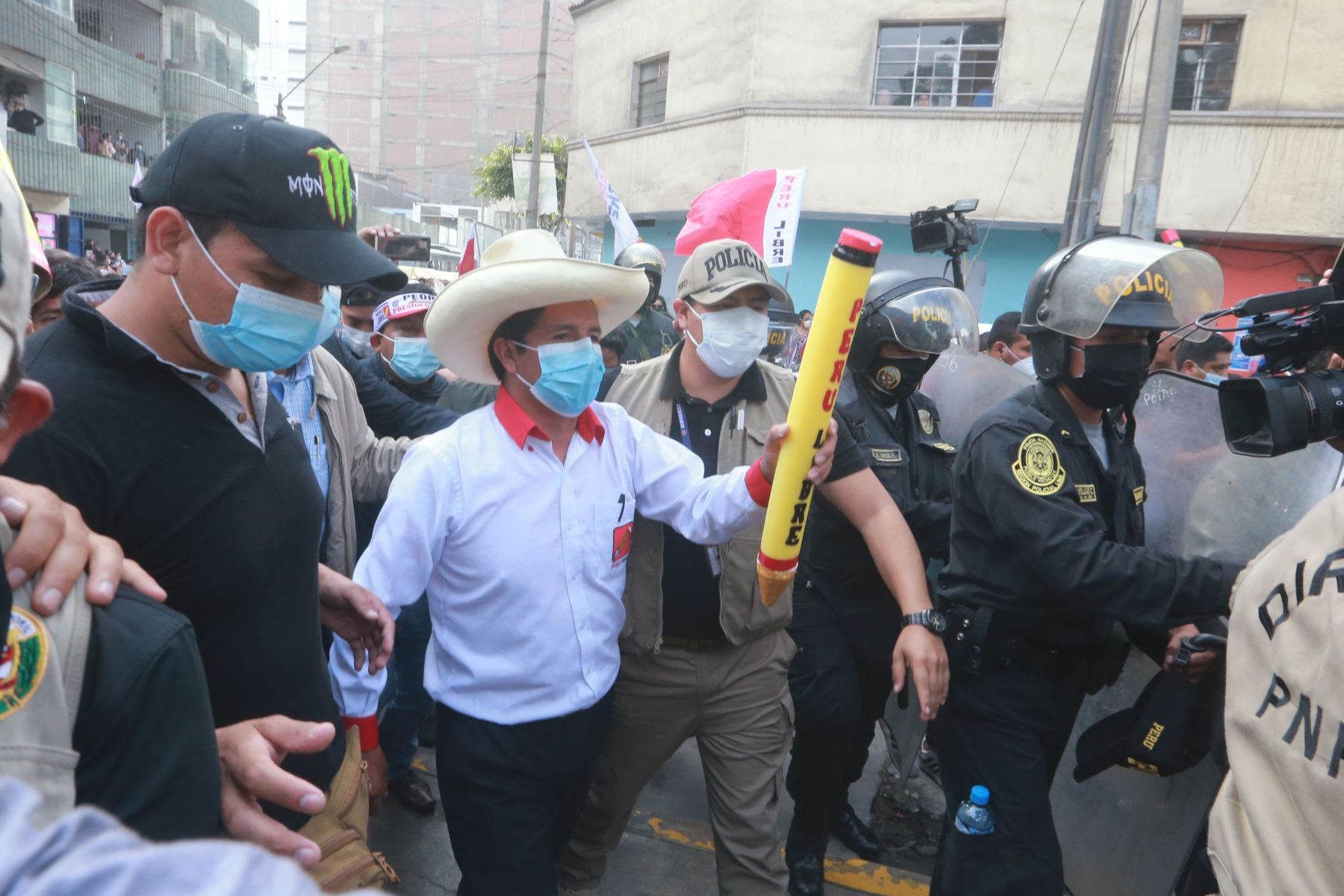 El candidato de Perú Libre, Pedro Castillo, realiza una caminata por el distrito de La Victoria. Foto: ANDINA/Jhony Laurente