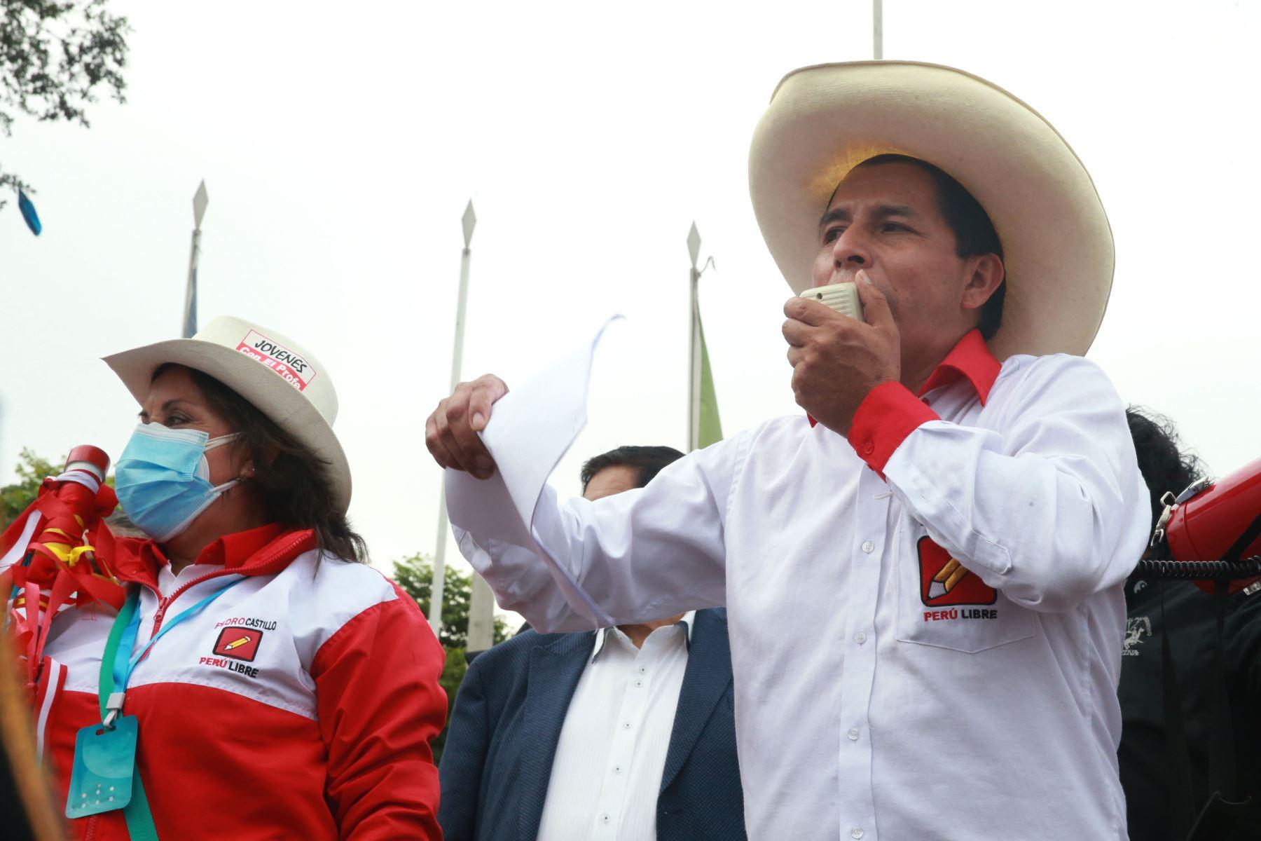 El candidato de Perú Libre, Pedro Castillo, realiza un mitin en el distrito de La Victoria. Foto: ANDINA/Jhony Laurente