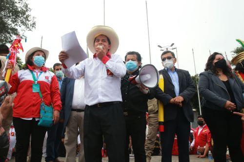 El candidato de Perú Libre, Pedro Castillo, realiza una caminata por el distrito de La Victoria